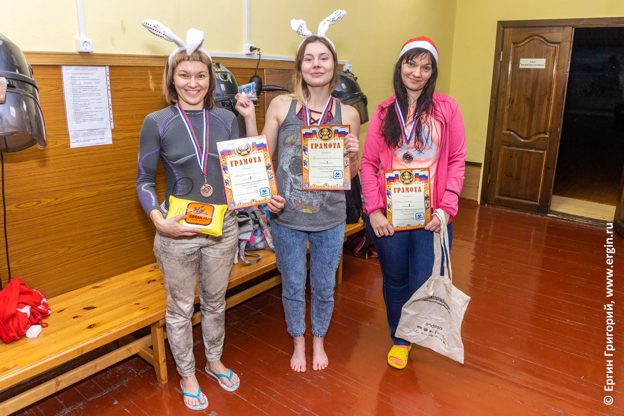 Победители соревнований по фристайл-каякингу в бассейне в категории К1ж