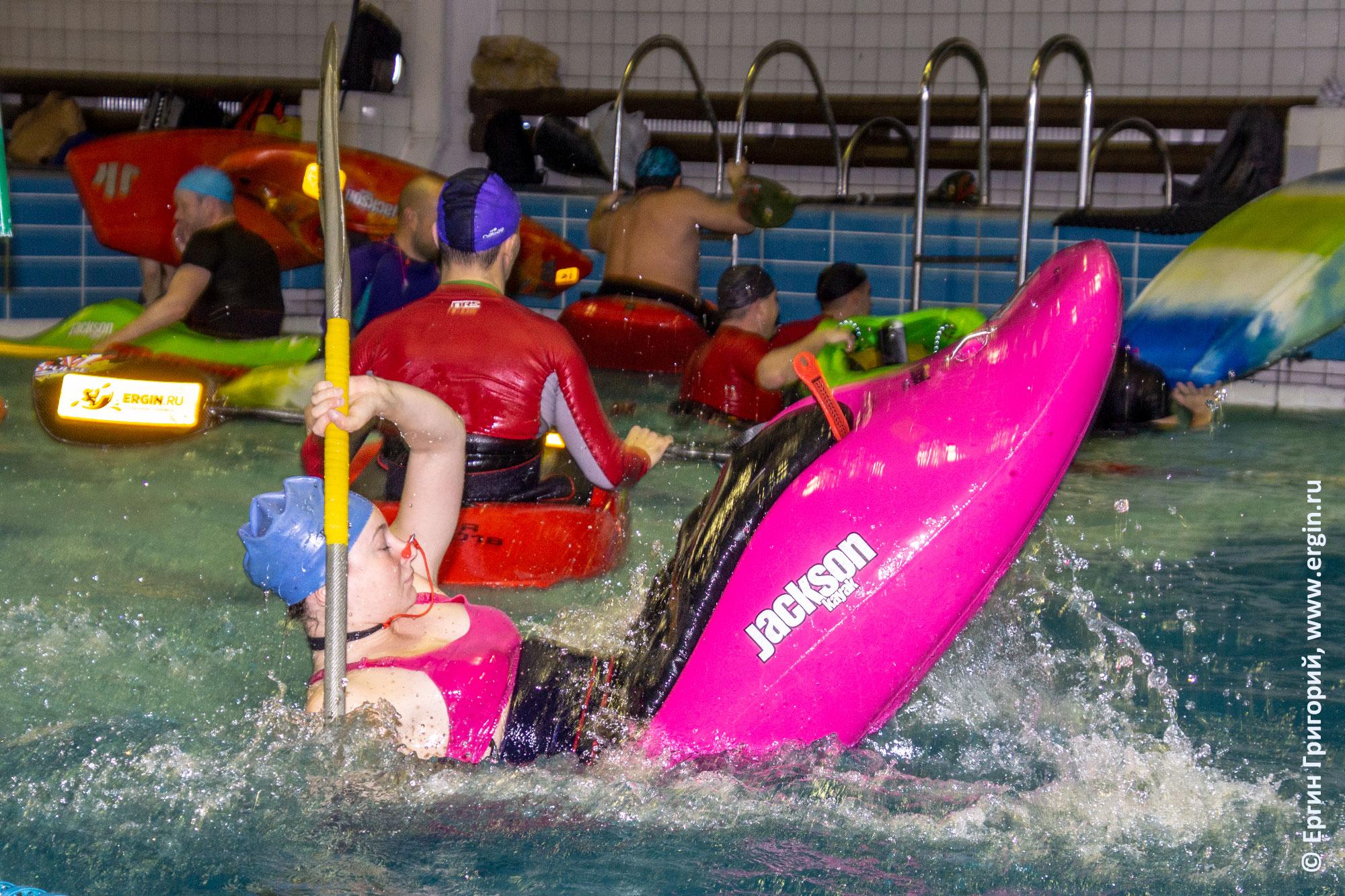 Стойка на корме каяка, тренировка в бассейне Санкт-Петербурга по фристайлу