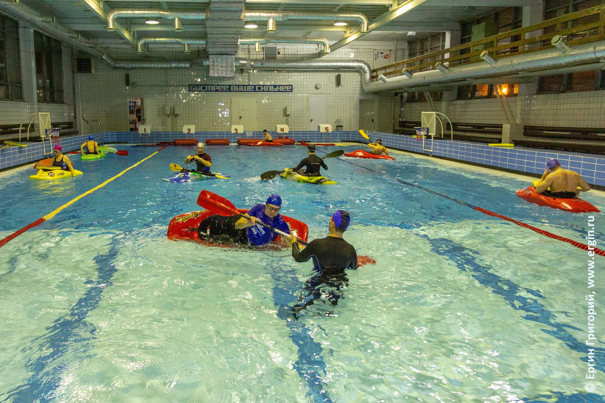 Групповая тренировка начинающих каякеров по эскимосскому перевороту в школе каякинга