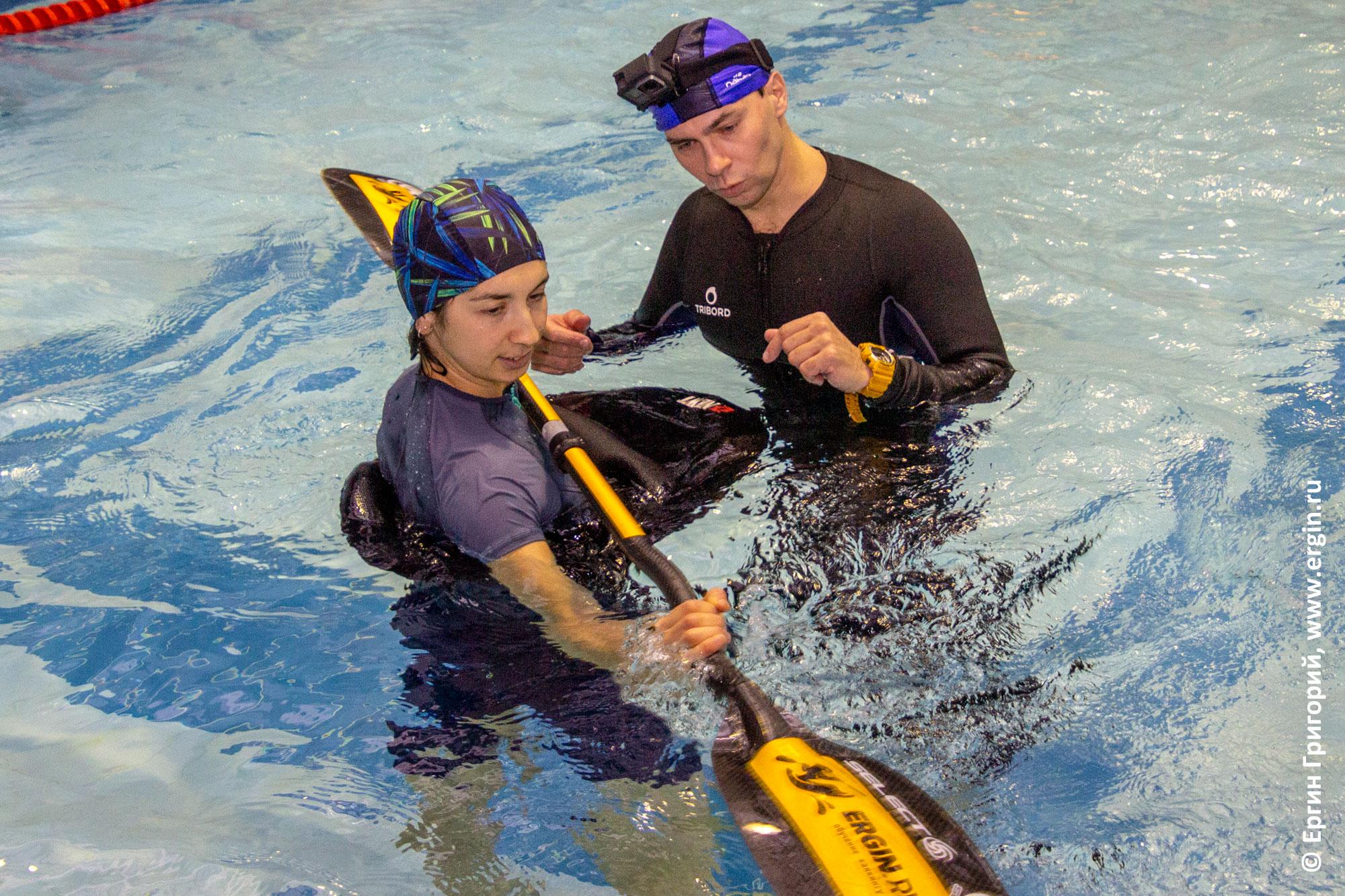 Тренировка дуговой опоры с веслом в бассейне