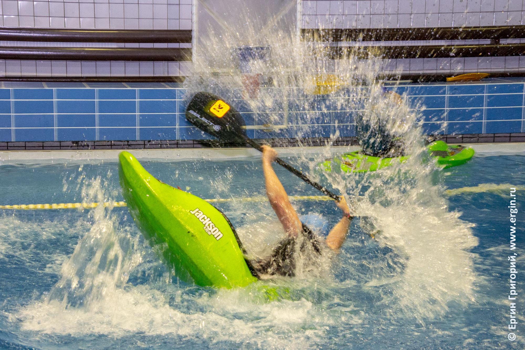 Соревнования по фристайл-каякингу в бассейне