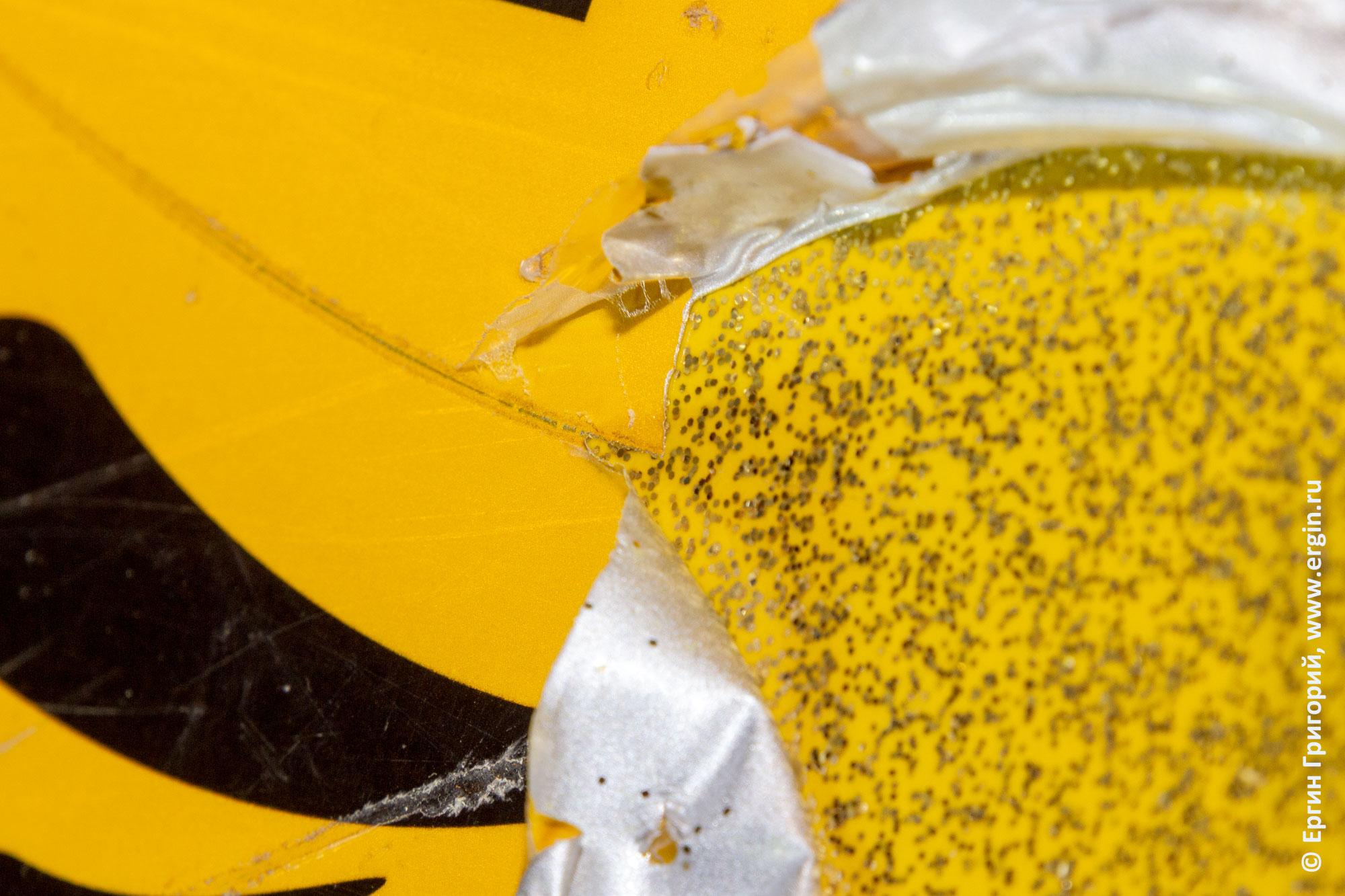 Царапина на защитной наклейке и неповрежденное днище каяка