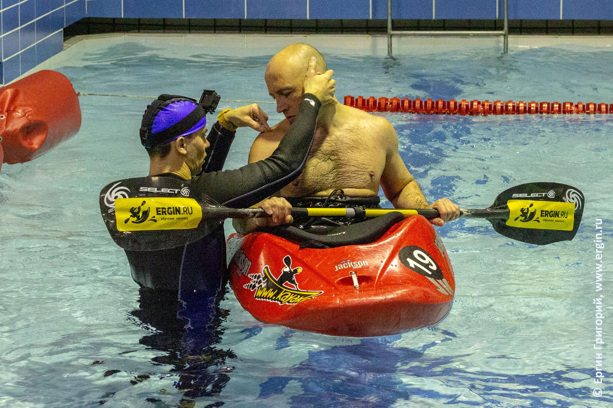 Множество тонкостей эскимосского переворота на индивидуальных занятиях по каякингу в бассейне