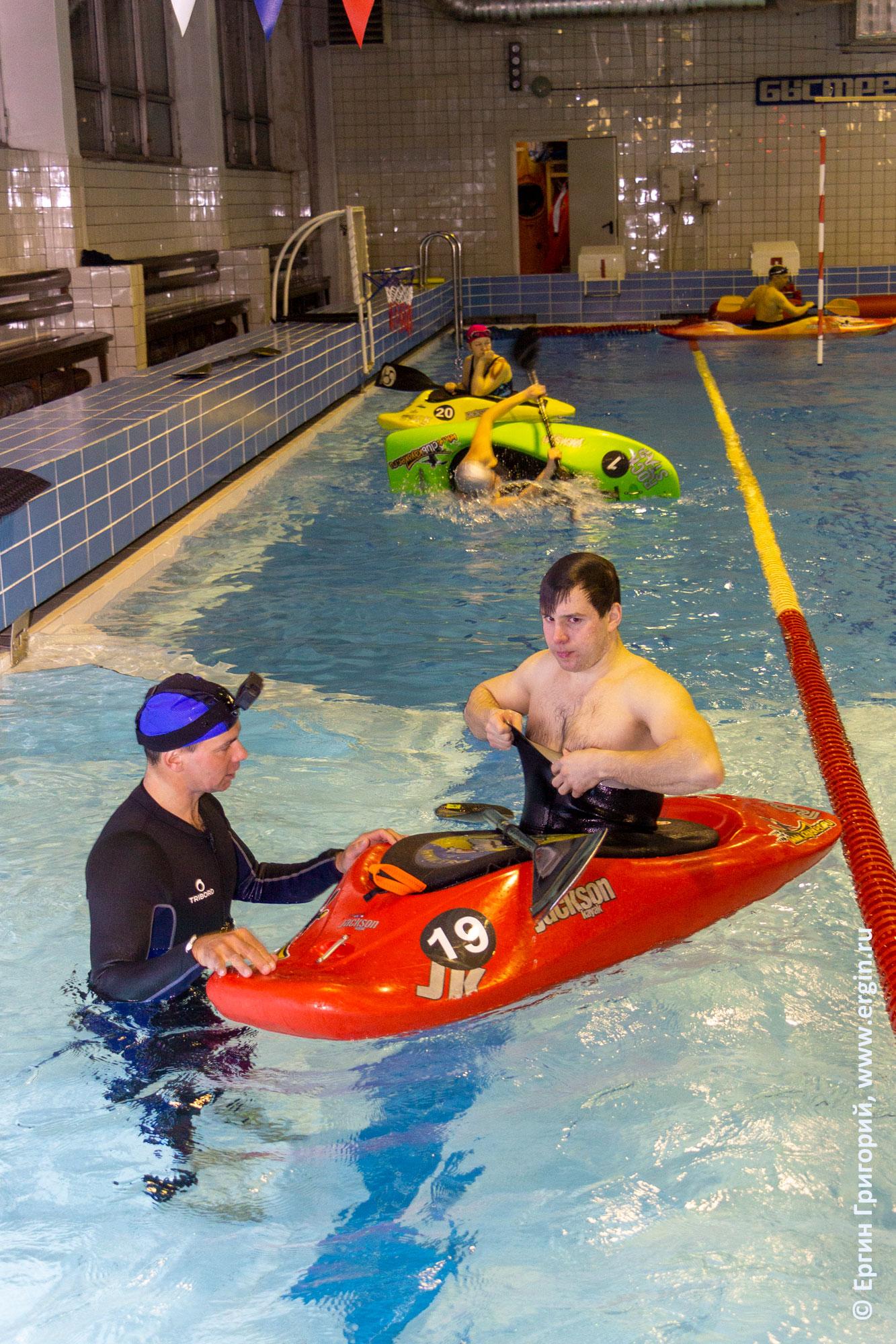 Совместная тренировка на каяках в бассейне