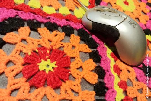 Бабушкина мышка на вязанном коврике