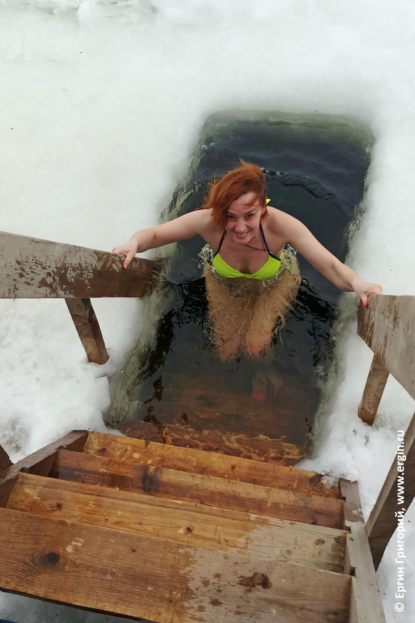 Купание в проруби после бани