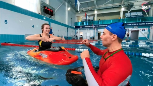 Занятия по эскимосскому перевороту на каяке в бассейне