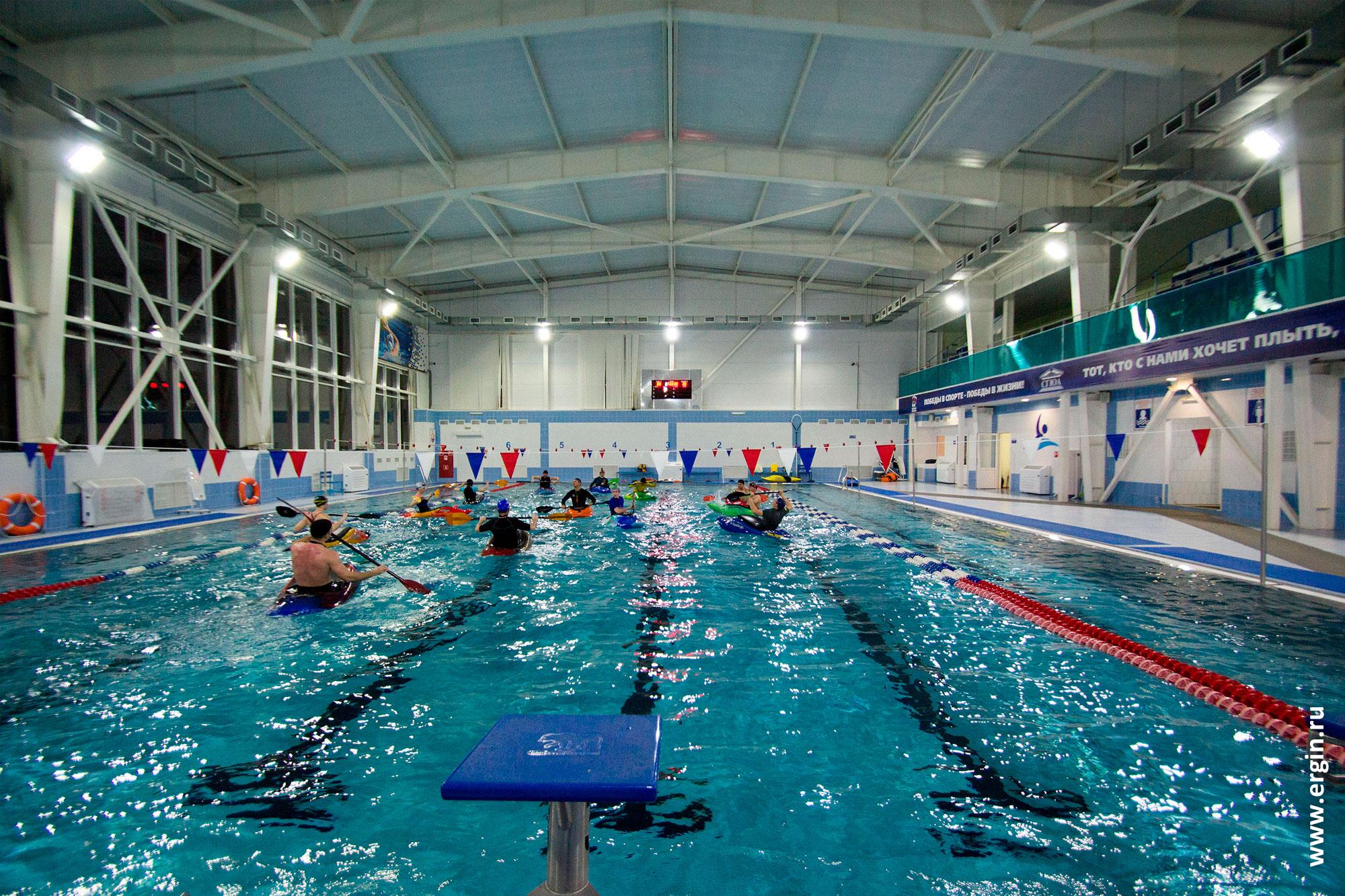 Тренировка на каяках в бассейне, школа каякинга