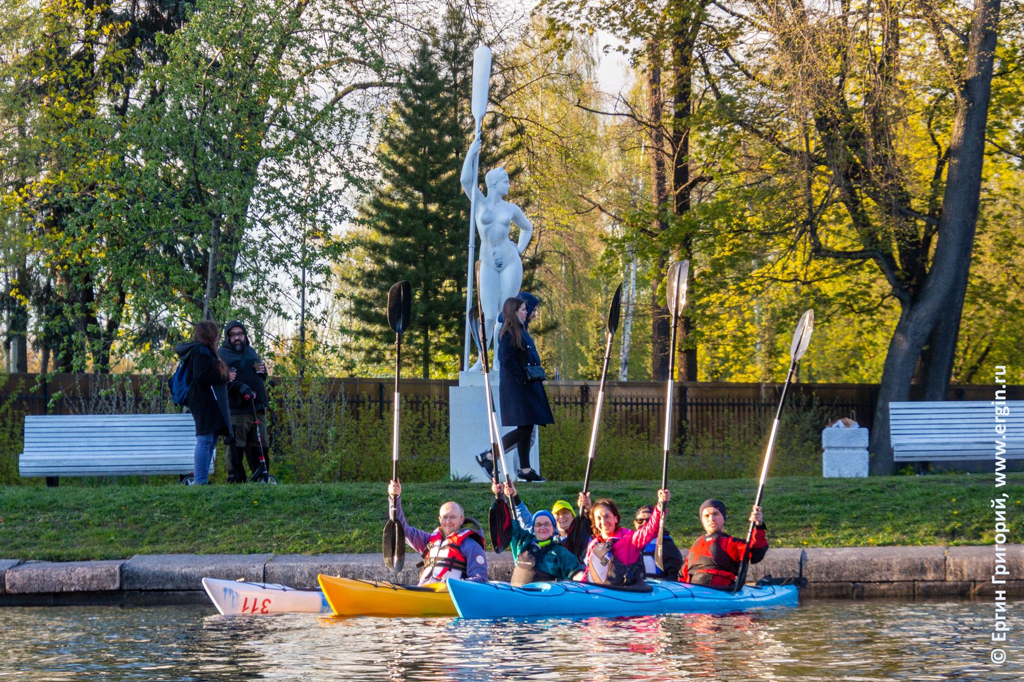 Каякеры возле девушки с веслом в Санкт-Петербурге