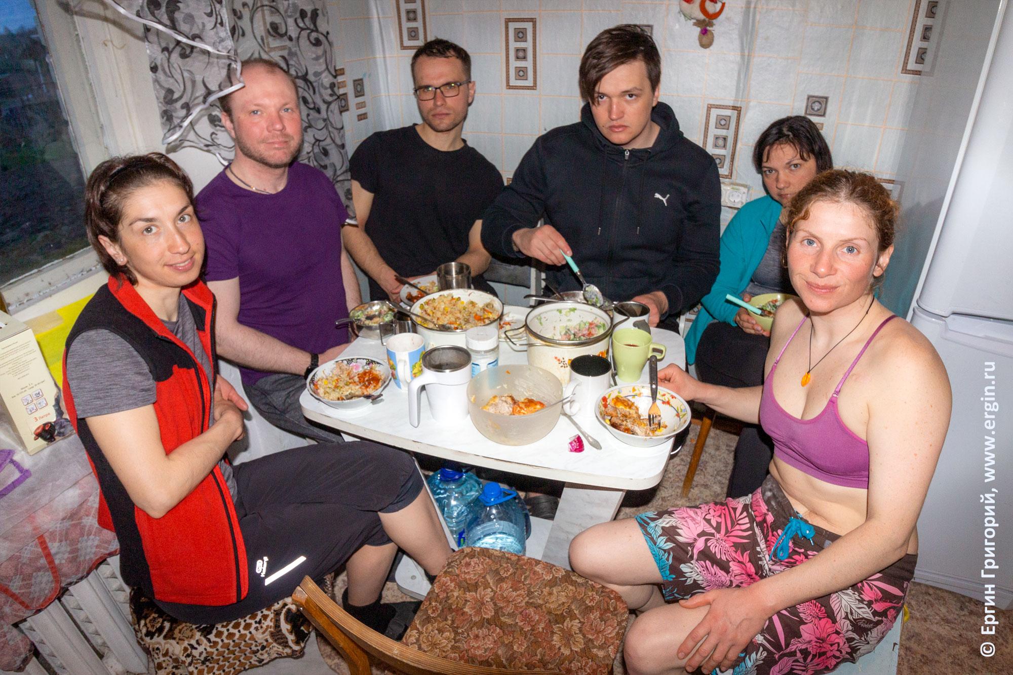 Теплая компания каякеров за ужином