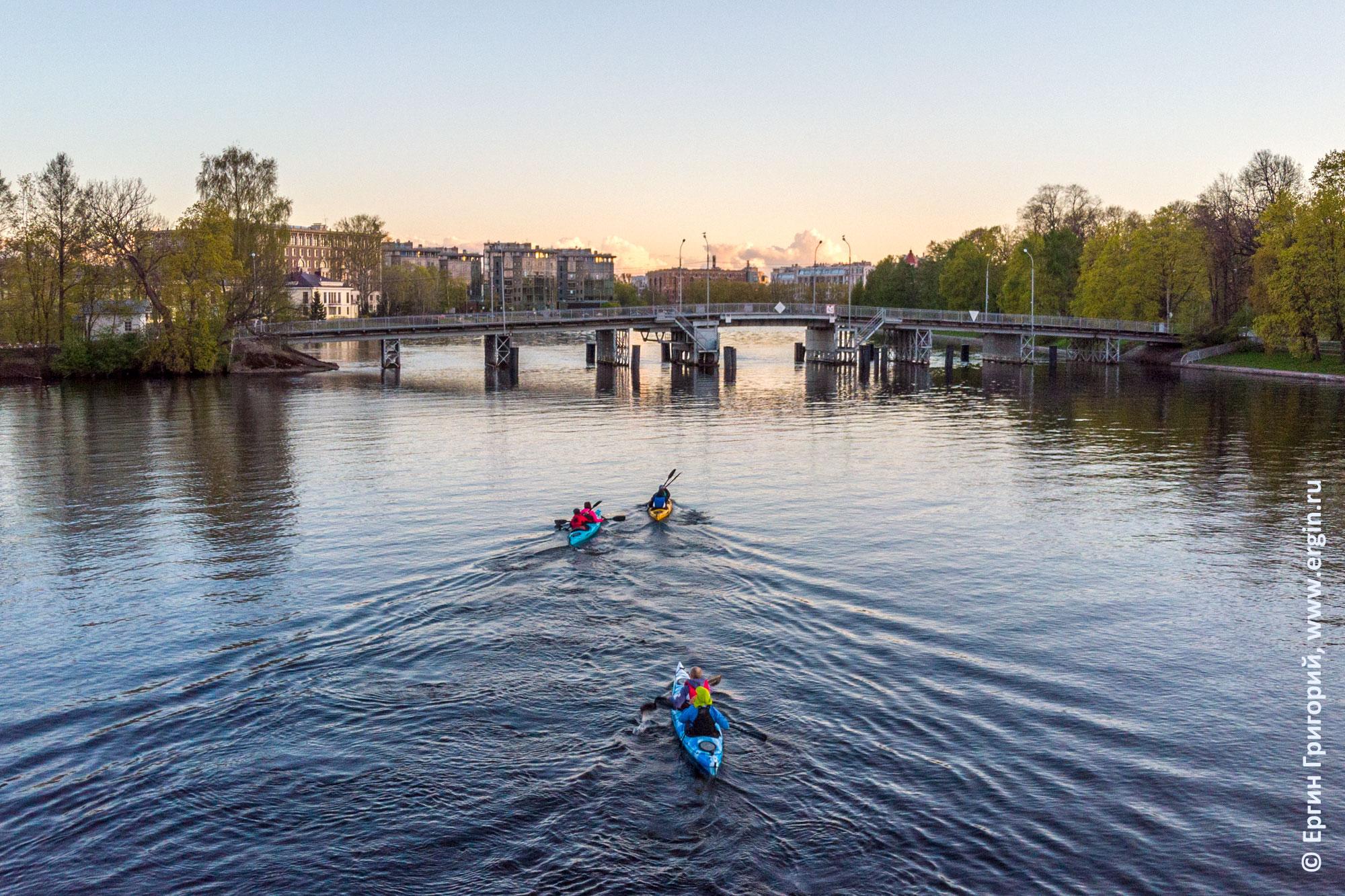 Каяки идут под Елагин мост, СПб