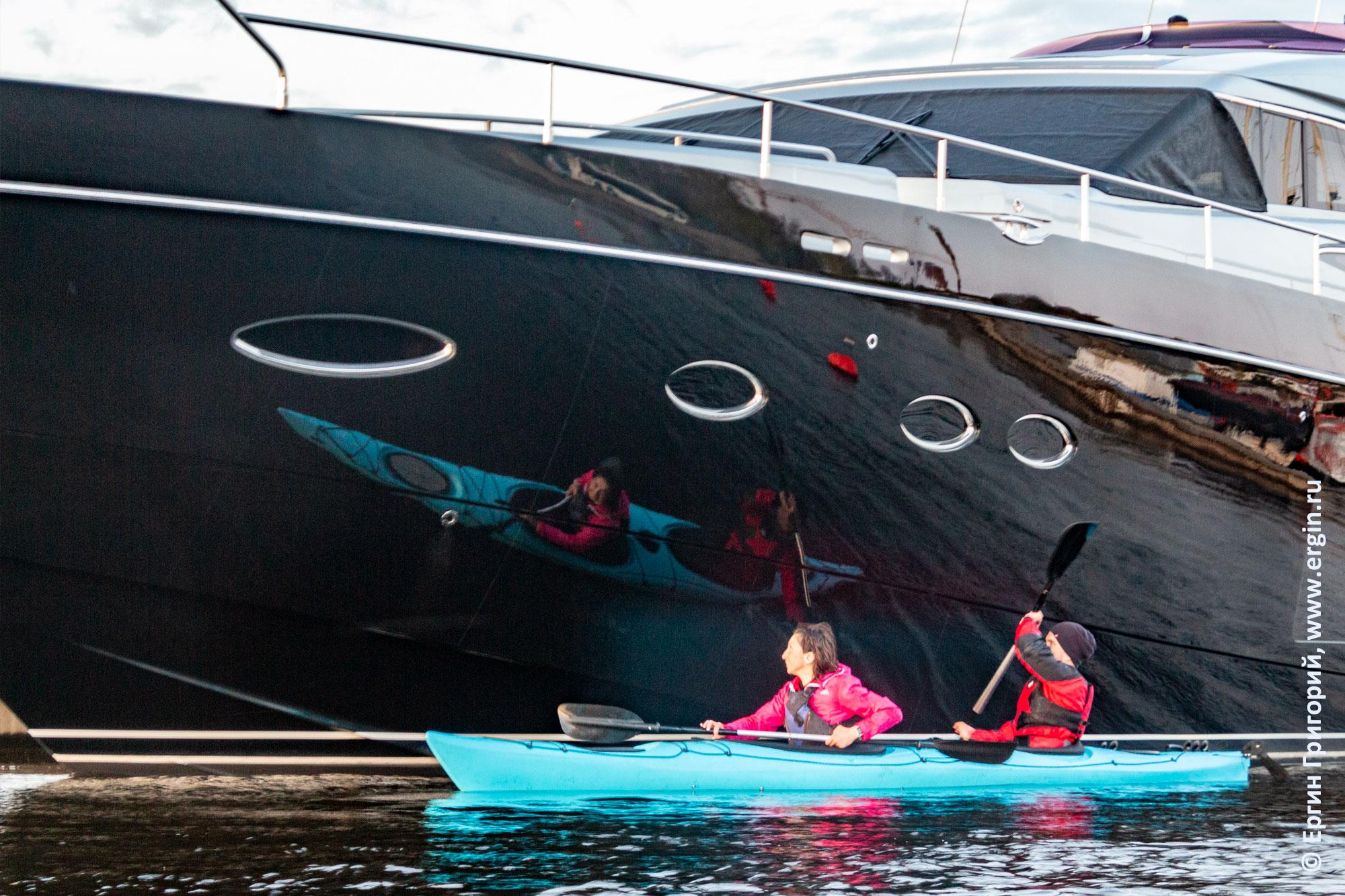 Отражение морского каяка на борту яхты