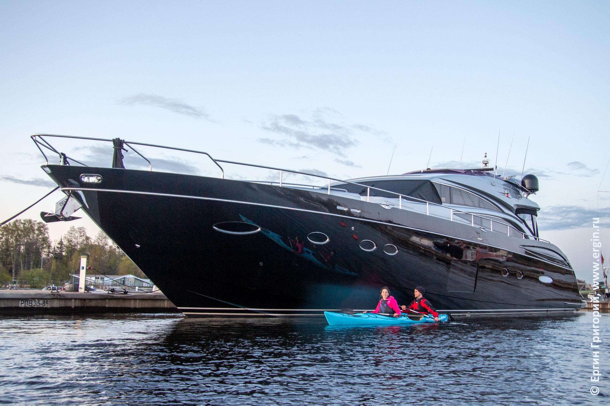Яхта и морской каяк