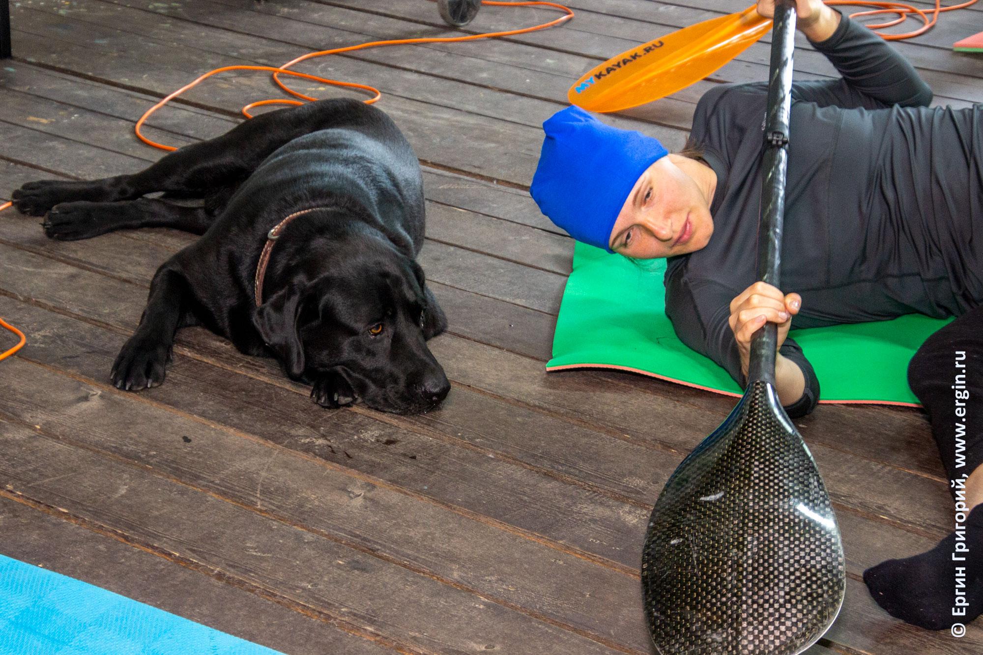 Тренировка опоры прямого винта с веслом на берегу