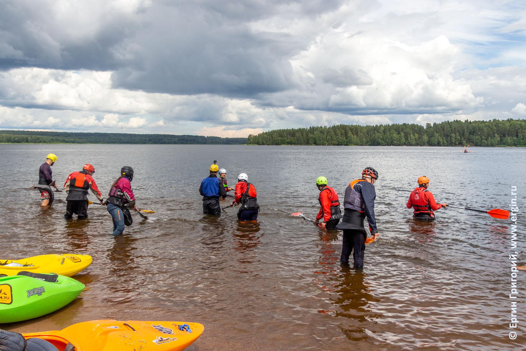 Упражнения в воде с веслами без каяков для отработки правильной опоры
