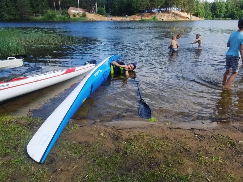 Каякер лежит на воде в каяке