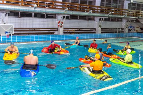 Фристайл-каякинг в бассейне, тренировки с инструктором, обучение азам