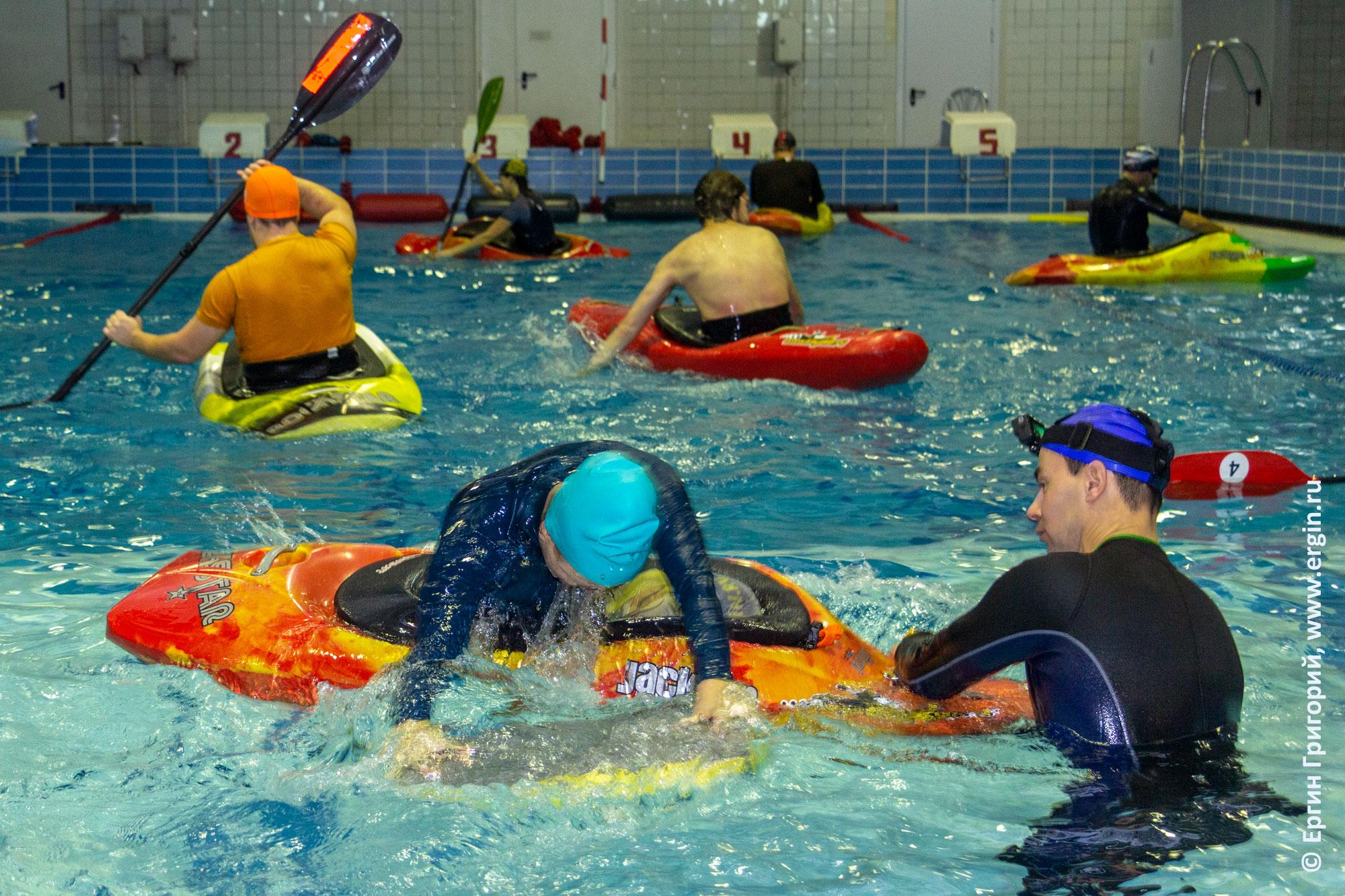 Тренировки на каяках в бассейне для начинающих: эскимосский переворот и начальные навыки гребли