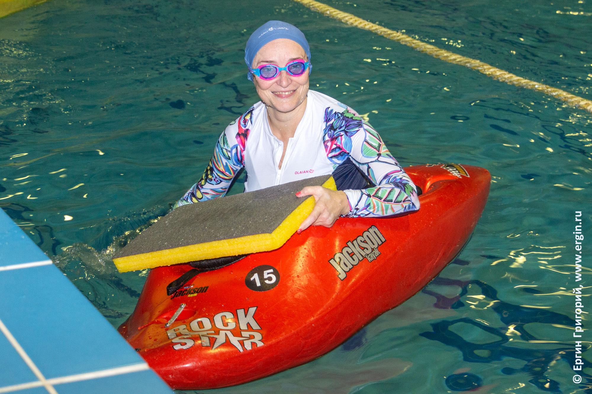 Улыбающийся начинающий каякер в бассейне в каяке