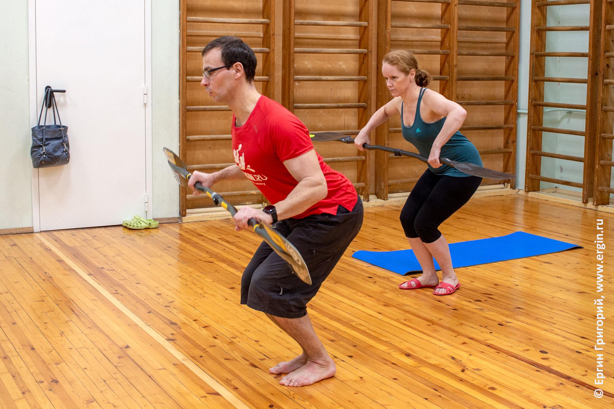 Индивидуальная тренировка по фристайл-каякингу: упражнения с веслами на суше
