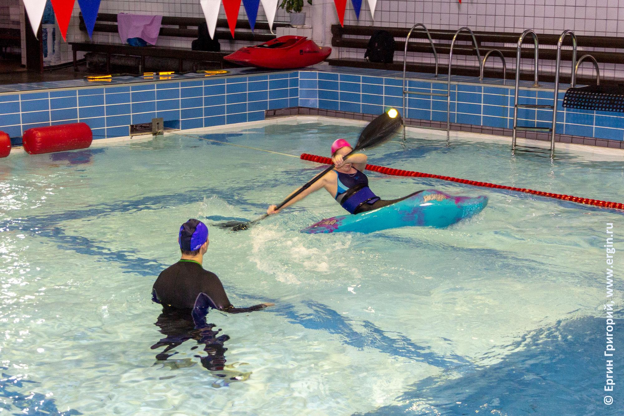 Отработка элемента фристайл-каякинга в бассейне с тренером