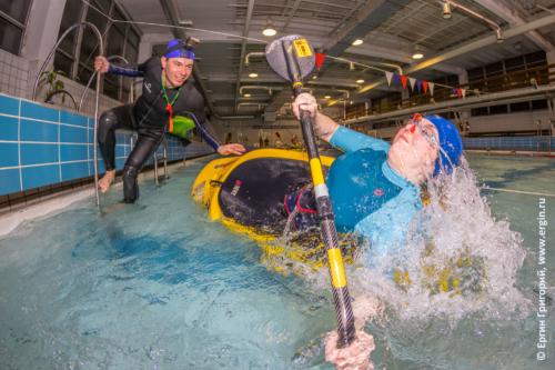 Эскимосский переворот прямым винтом на каяке в бассейне, индивидуальная тренировка с инструктором