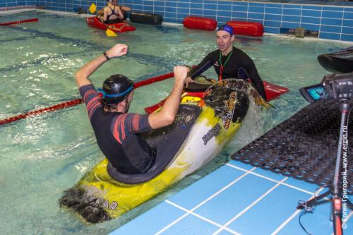 Тренировка по фристайл-каякингу в бассейне