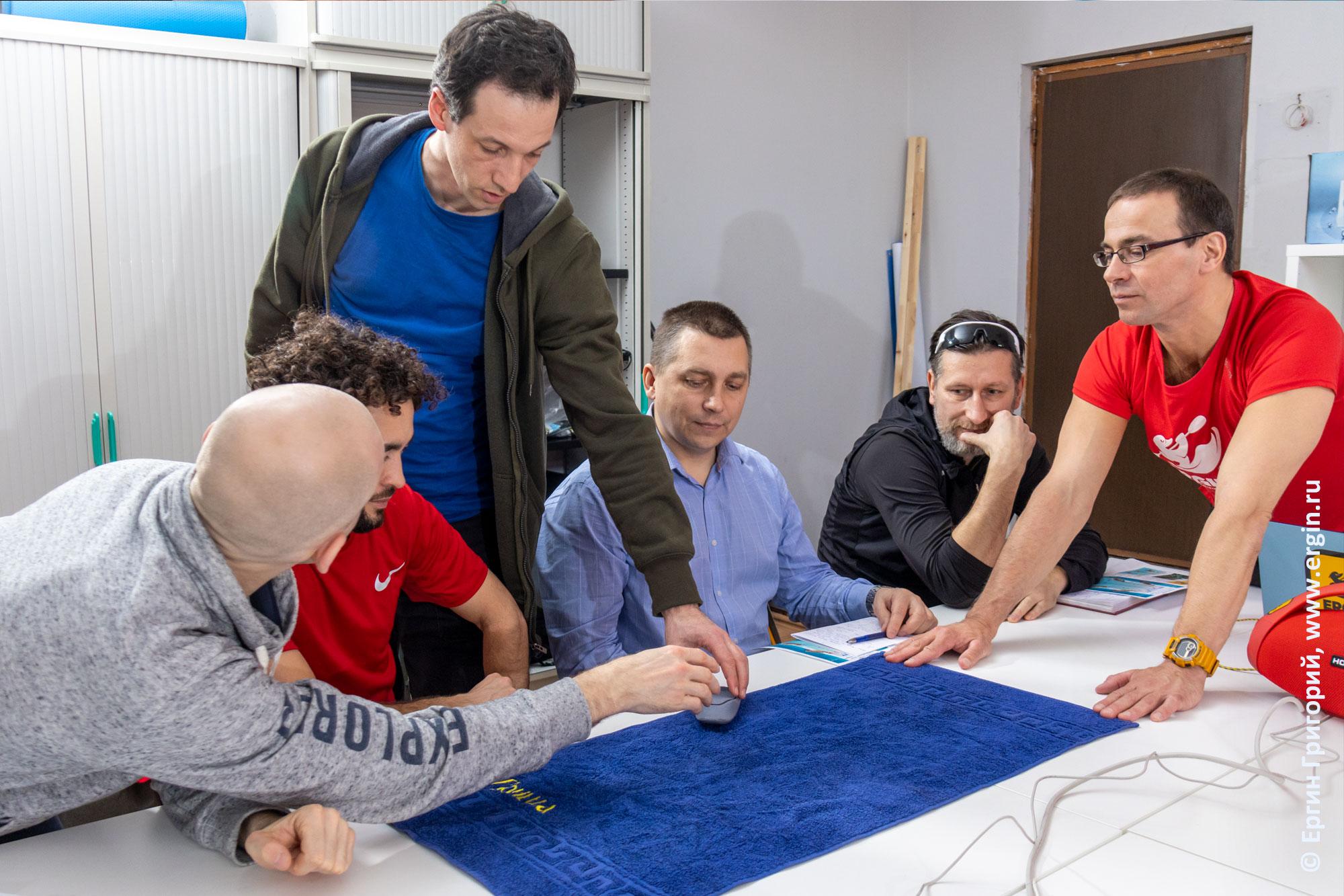 Практические занятия на освоение правильных кренов на каяке при входе в струю на семинаре для каякеров