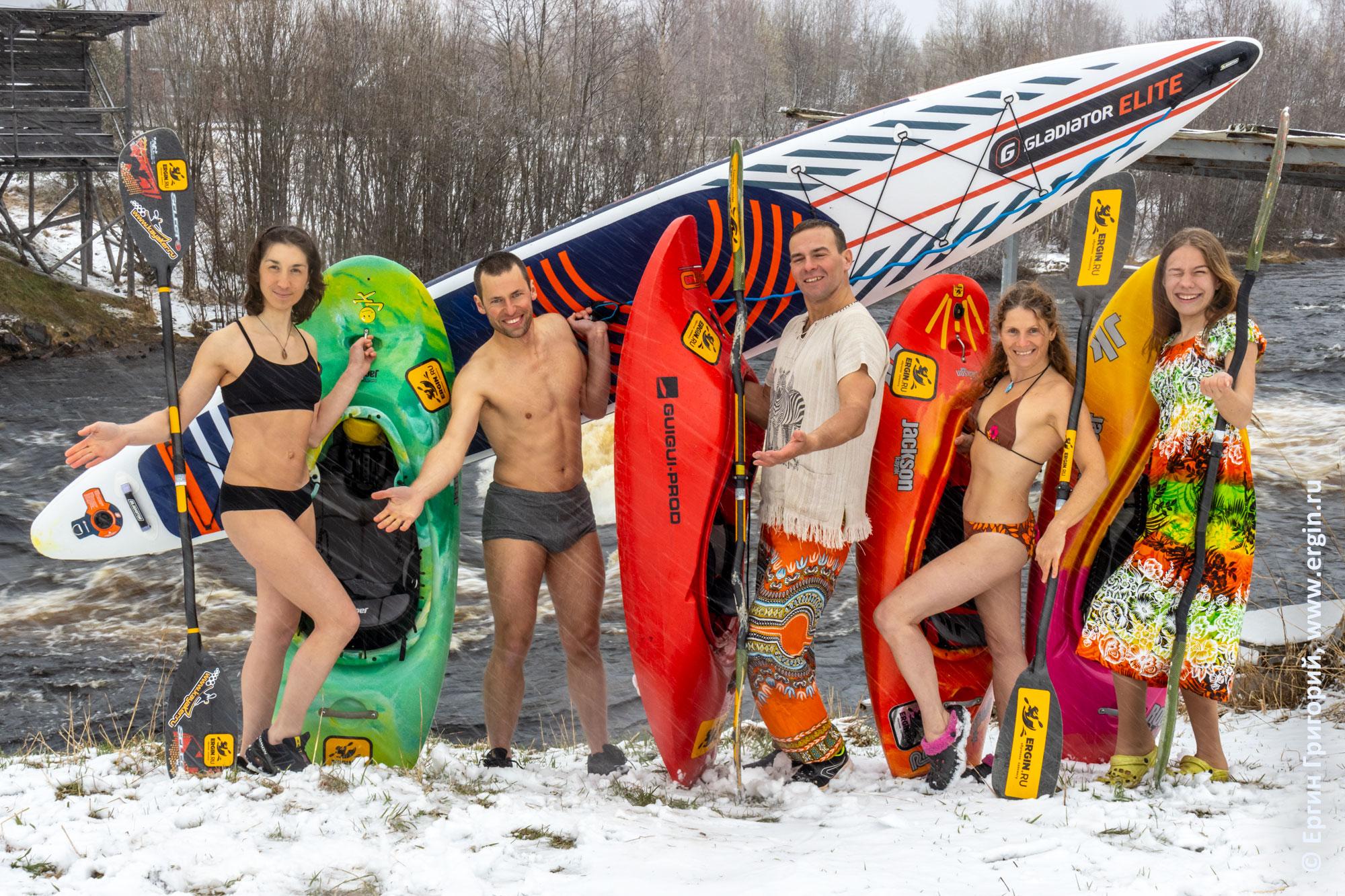 Каякеры и САПер в Тивдии на снегу в купальниках