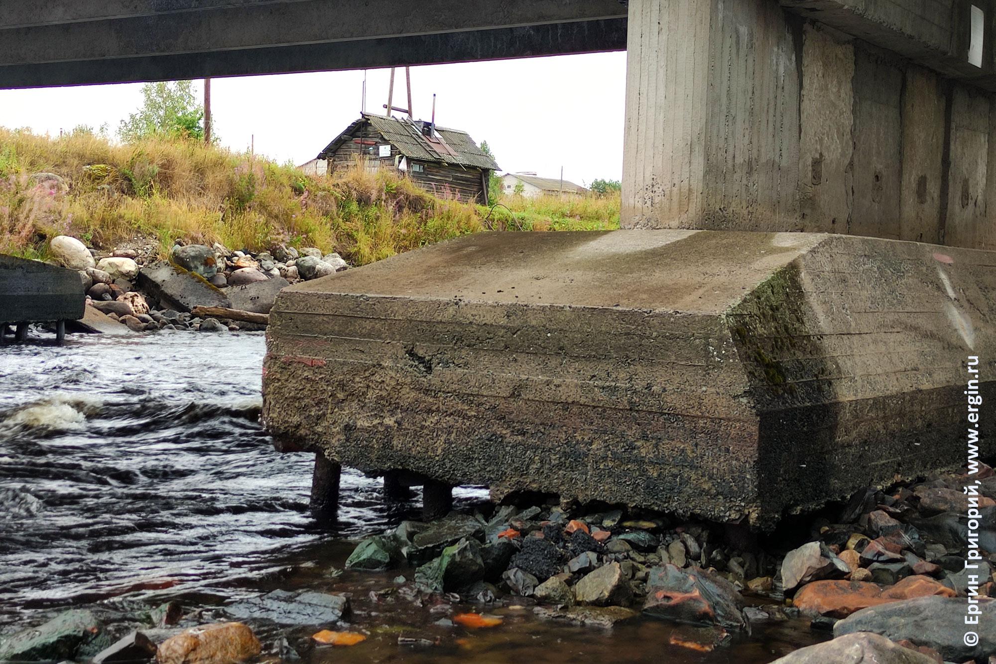 Основание опоры моста в Тивдии при очень низком уровне воды