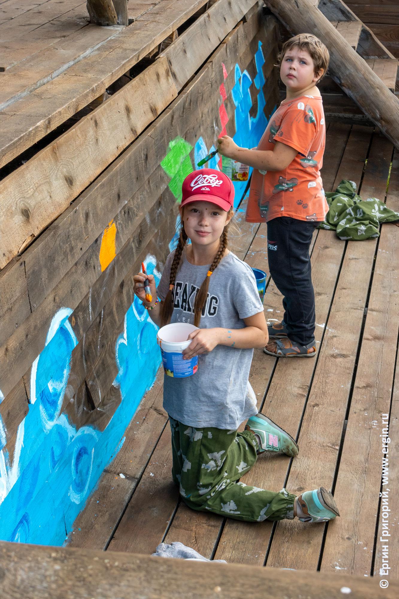 Дети рисуют на судейской трибуне в Тивдии