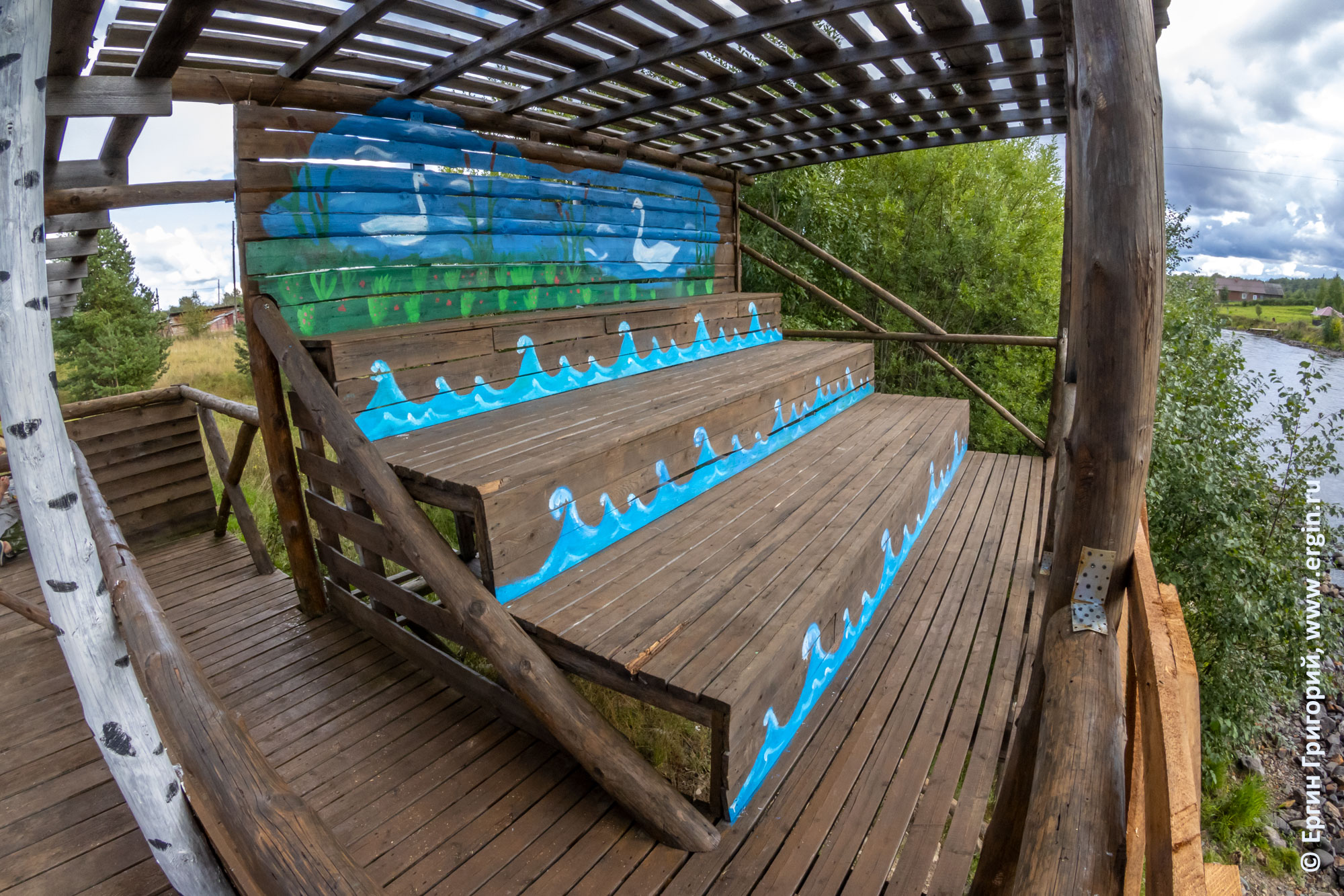 Раскрашенные ступени-скамейки на трибуне у Тивдийки