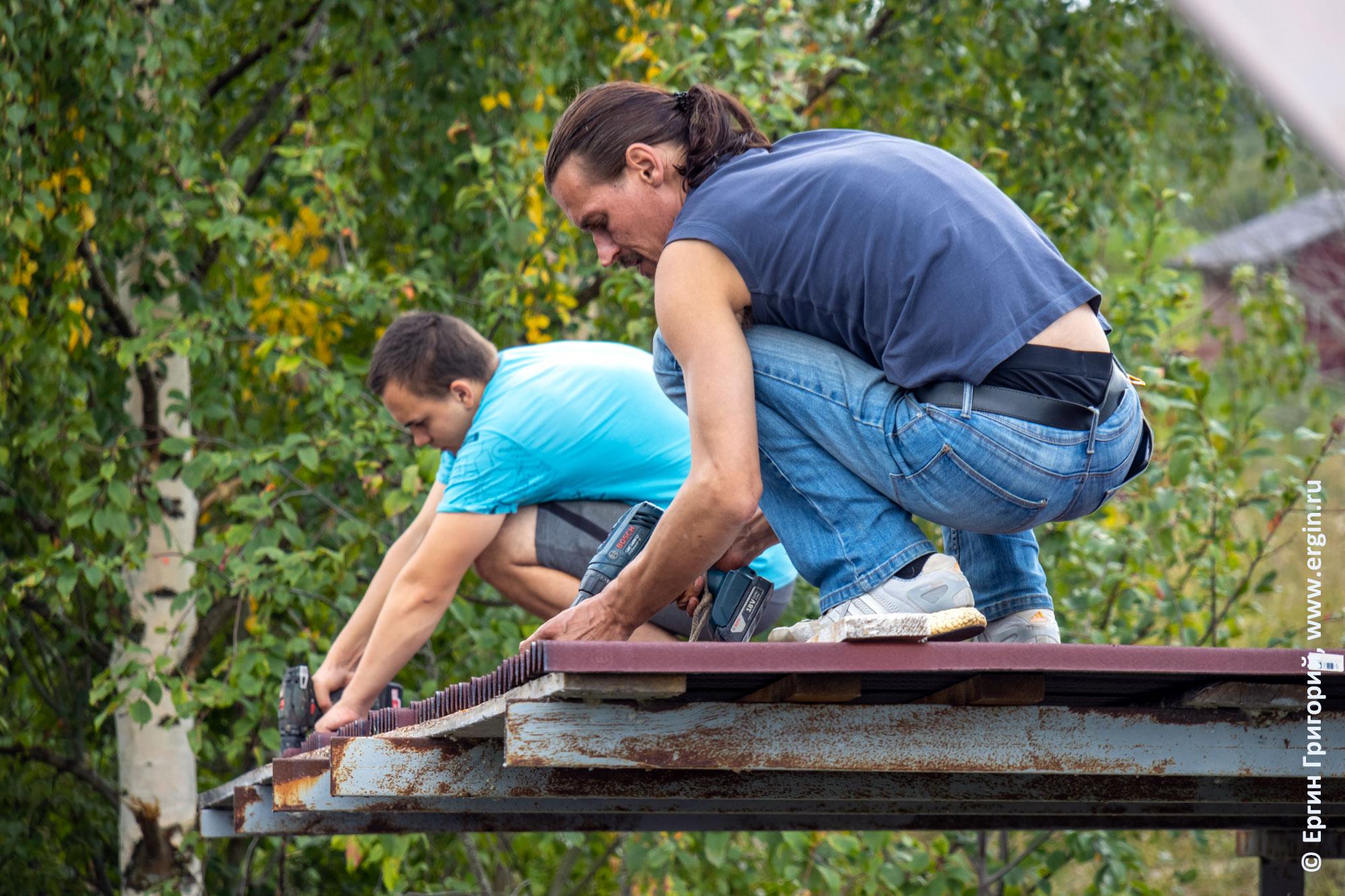Стелим ондулин на крышу трибуны в Тивдии