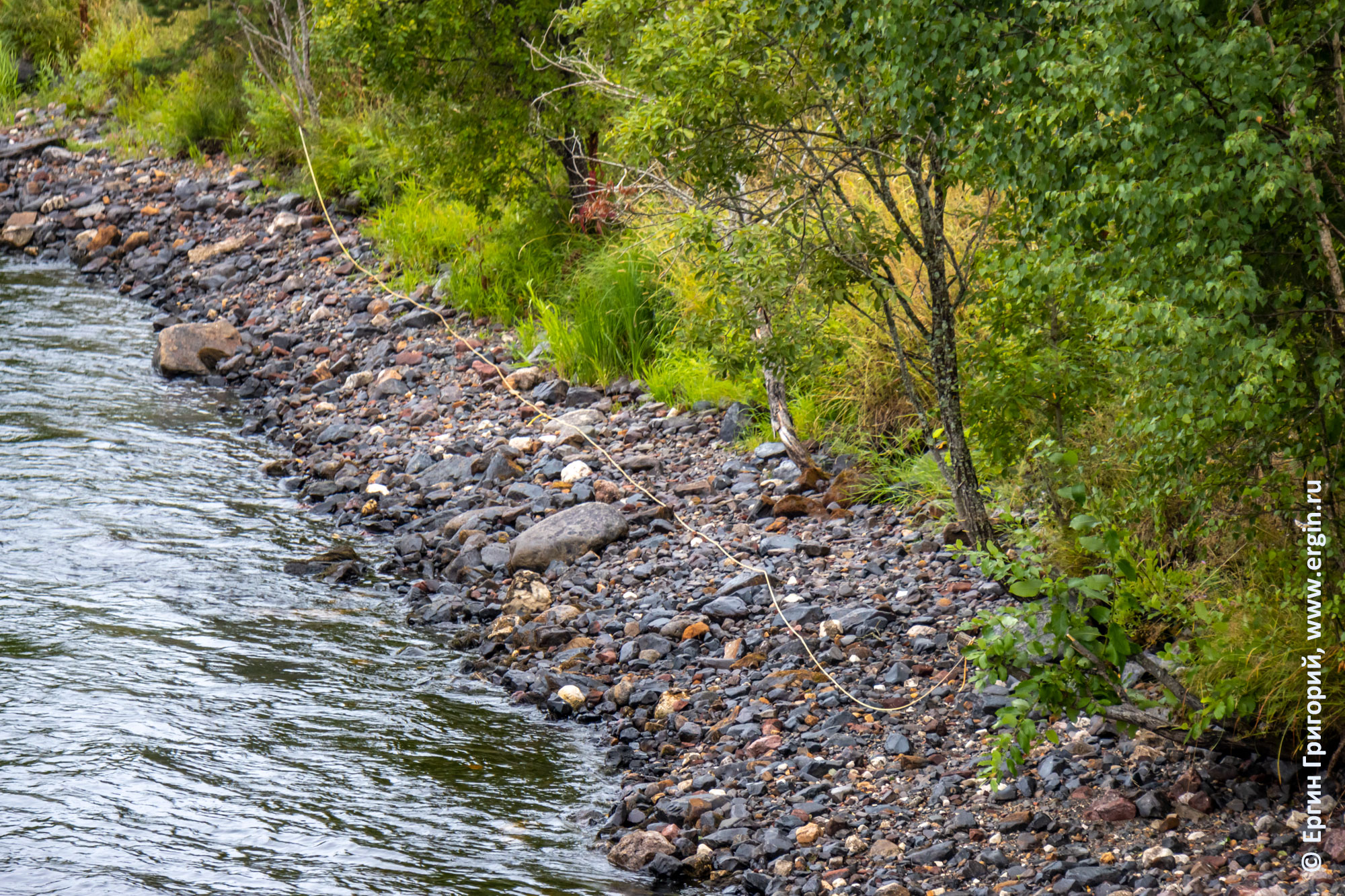 Веревка, по которой поднимаются каякеры, лежит на берегу обмелевшей реки Тивдийки