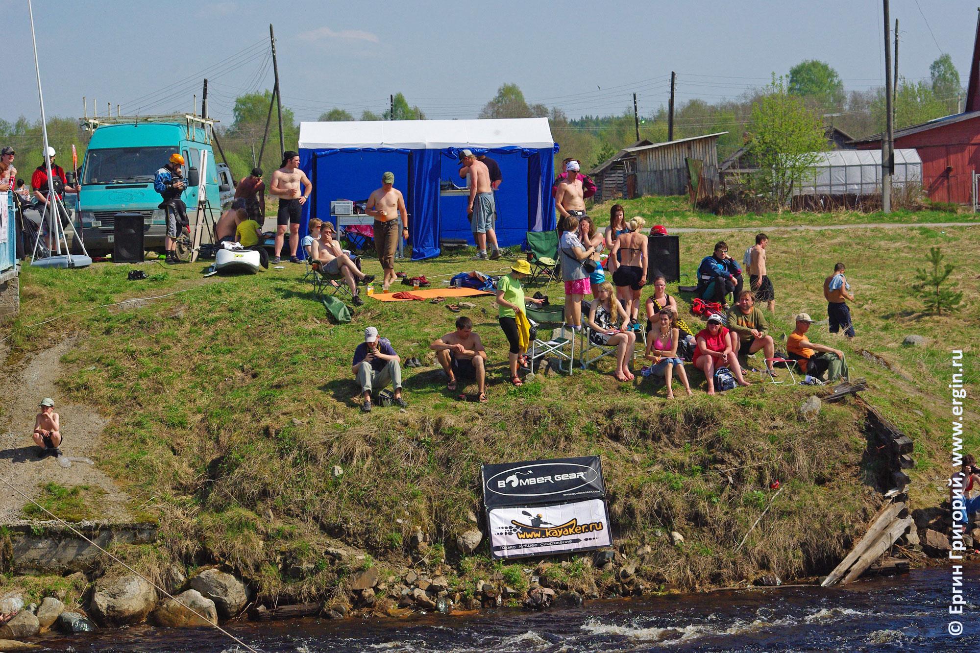 Соревнования по фристайлу на бурной воде в Тивдии 2010, вид на левый берег с судьями