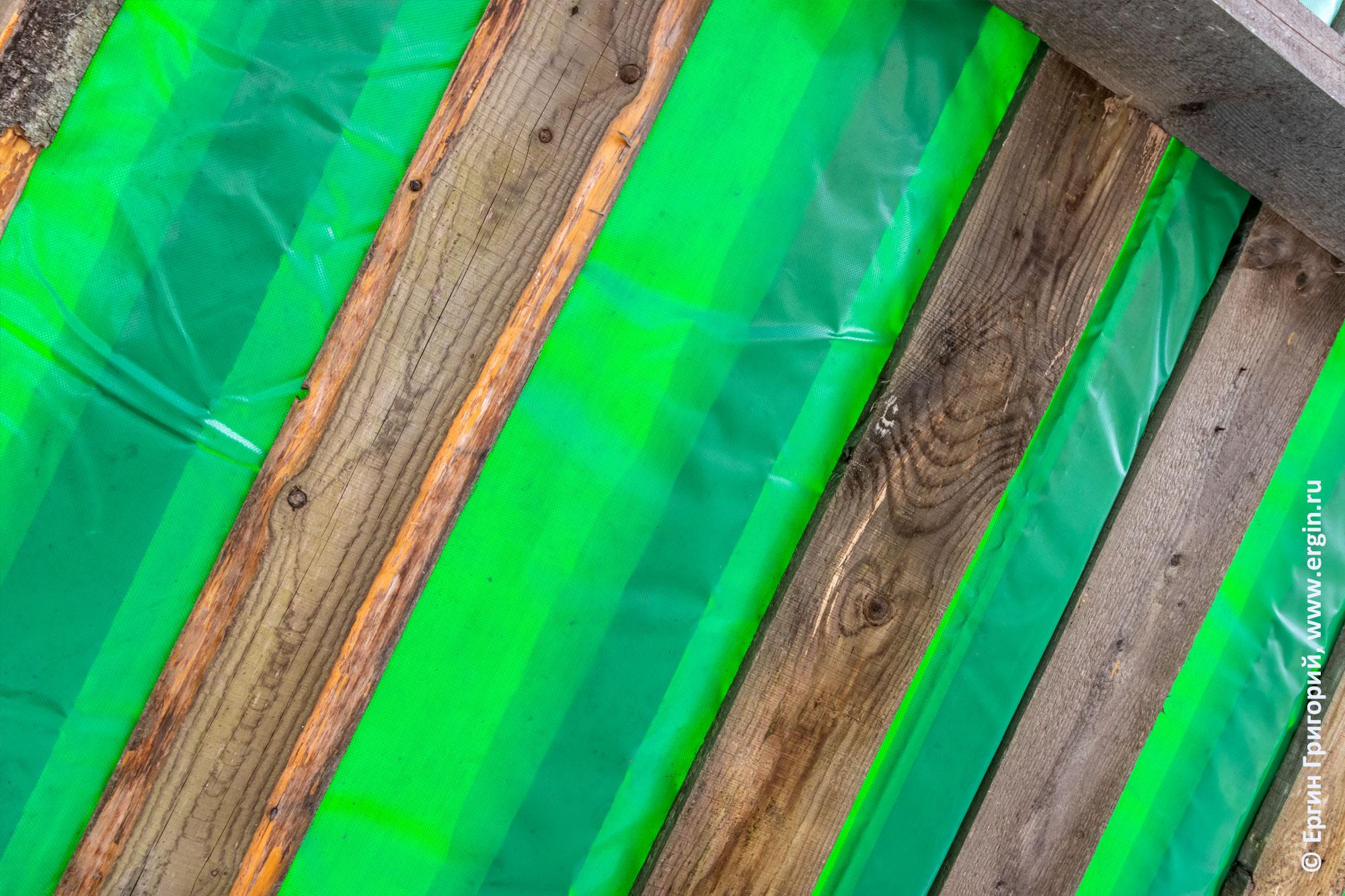 Крыша из досок и тентовой ткани в Тивдии