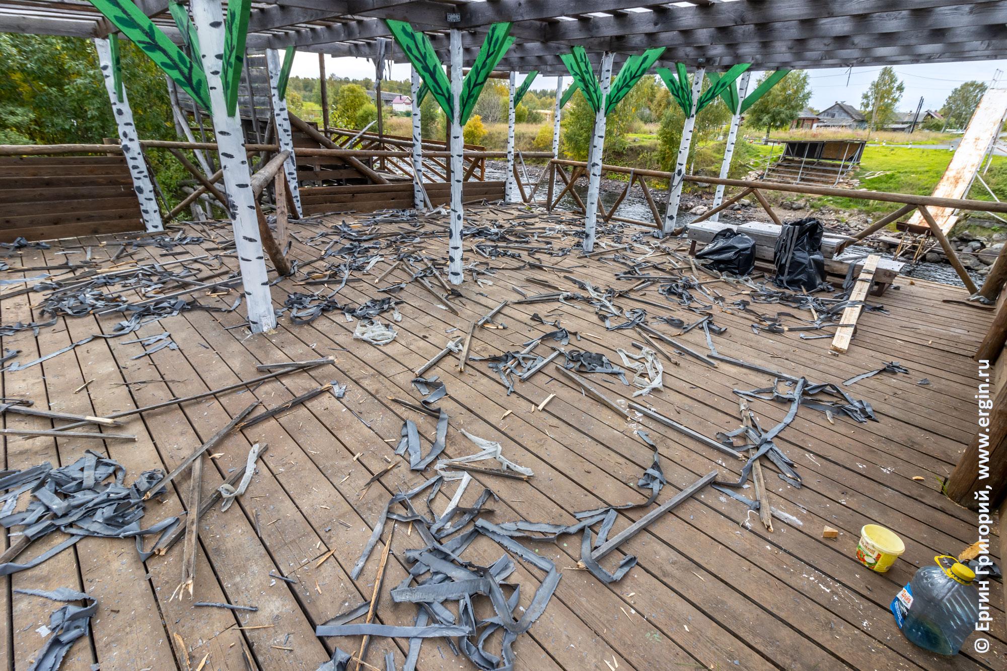 Демонтаж рамок крепления полиэтилена с крыши судейской в Тивдии