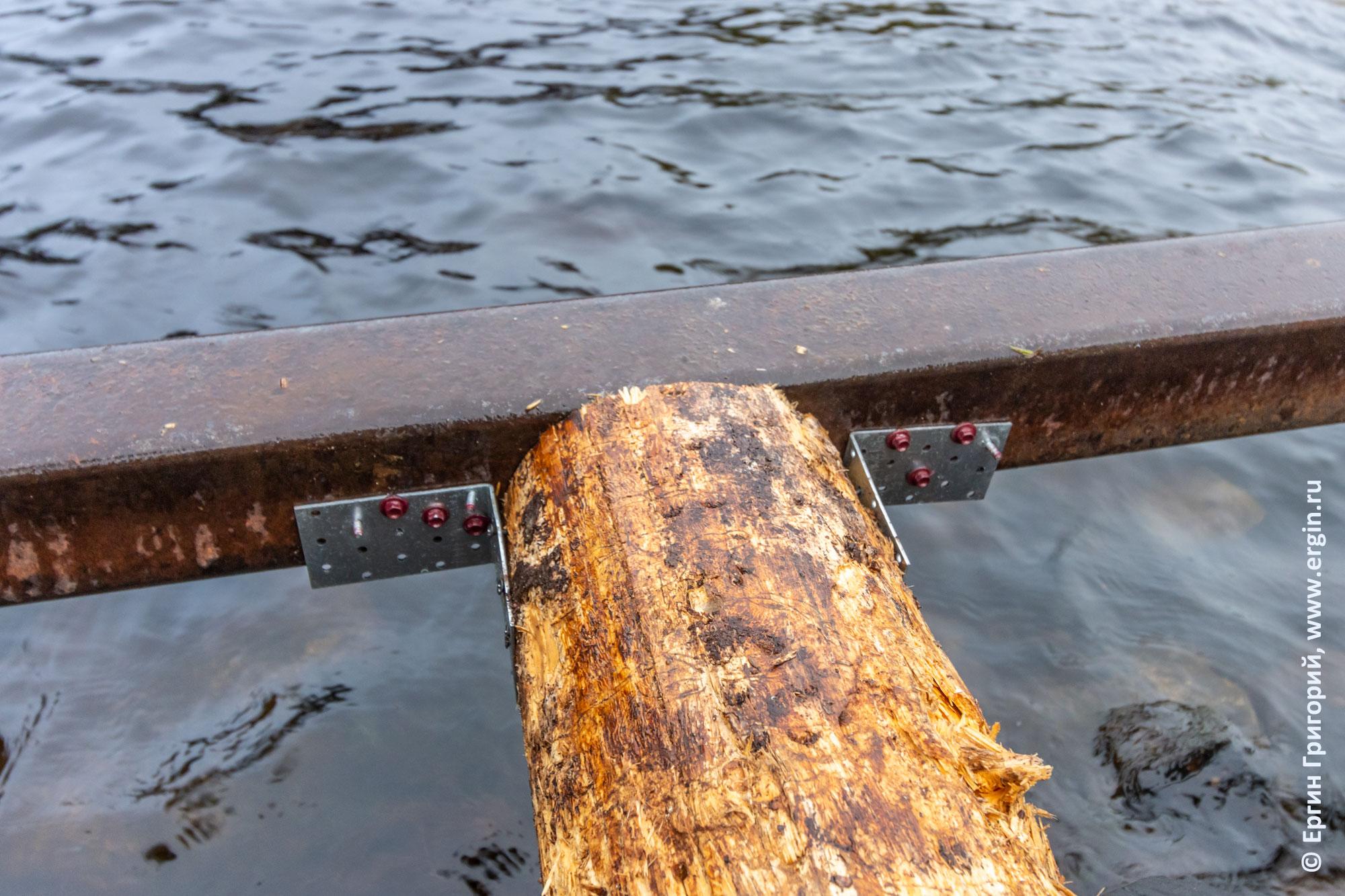 Установка поперечин из бревен на мостки в Тивдии