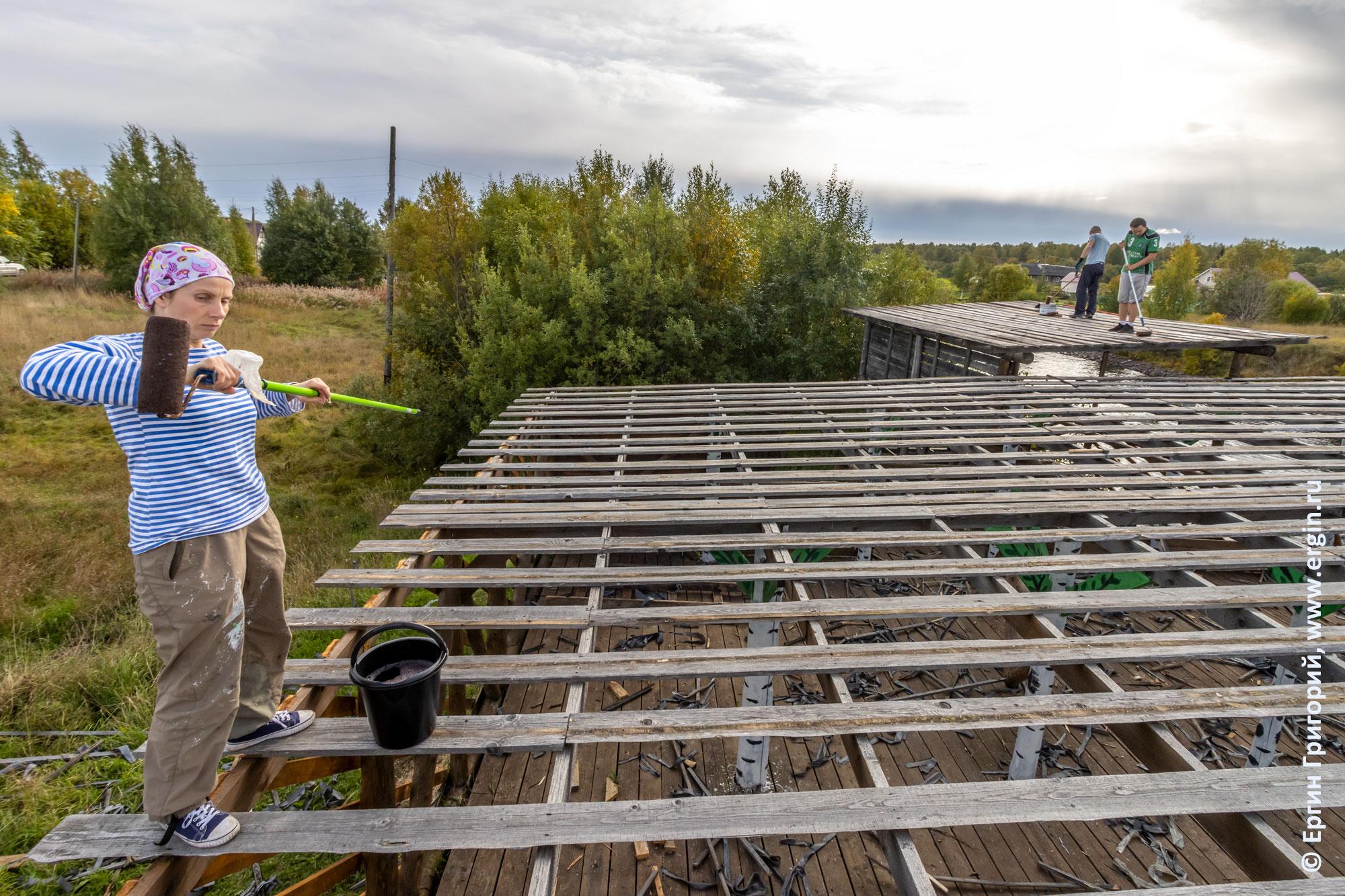 Нанесение антисептика для дерева на крышу трибуны и судейской в Тивдии