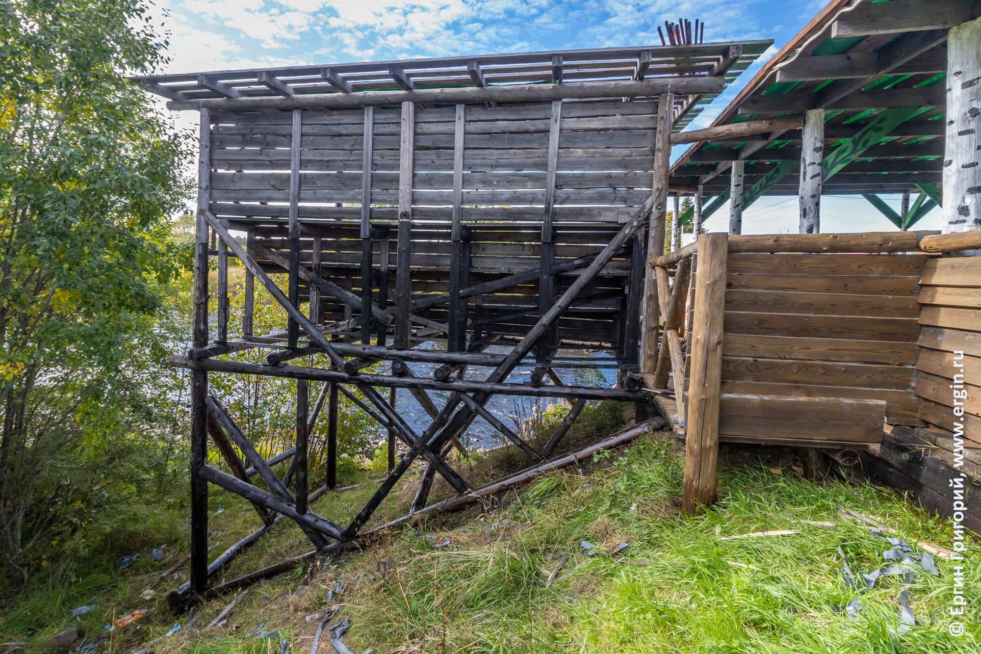 Покрытие опор деревянной трибуны-пристройки в Тивдии отработанным машинным маслом (отработкой)