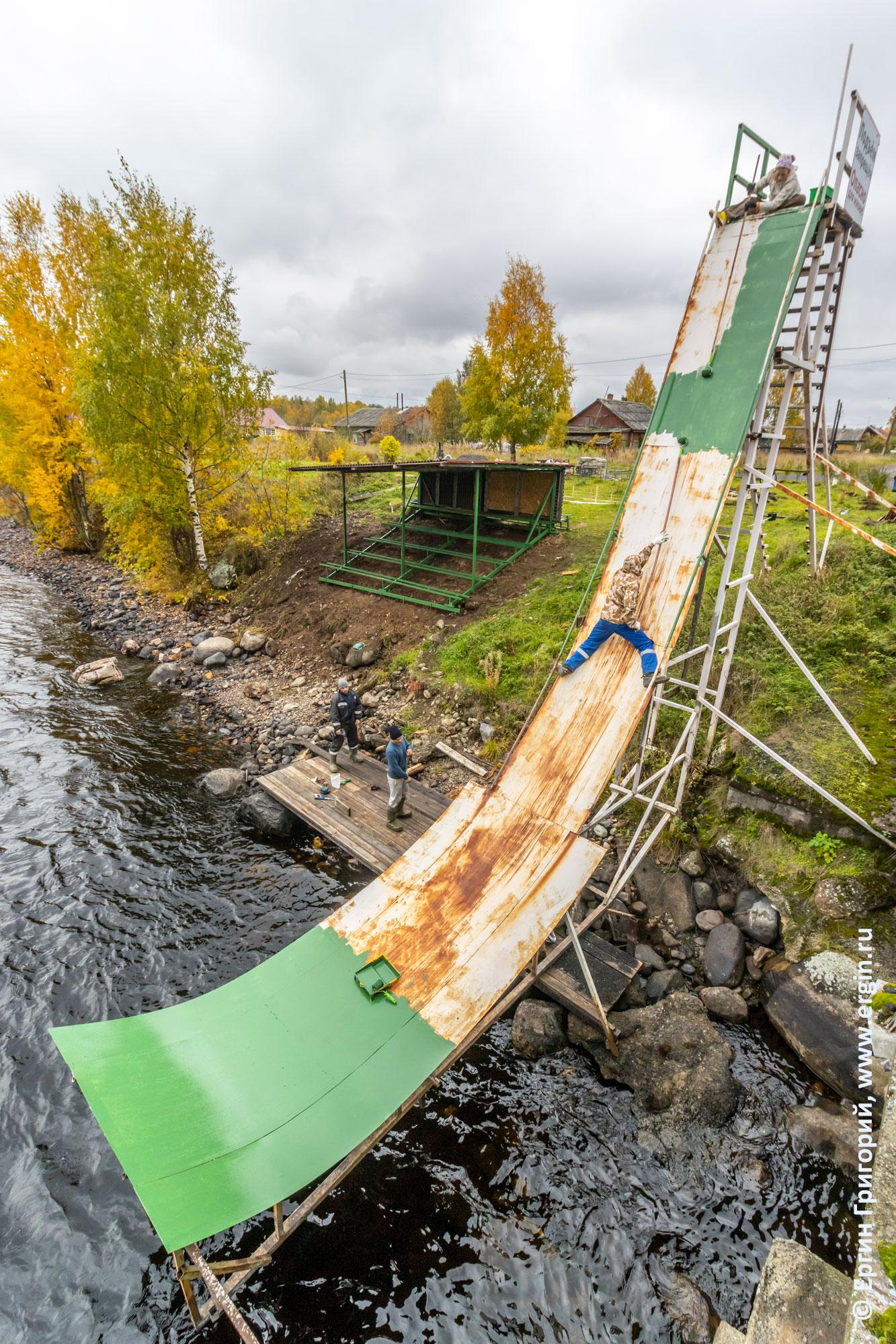Покраска рампы для прыжков на каяках в Тивдии