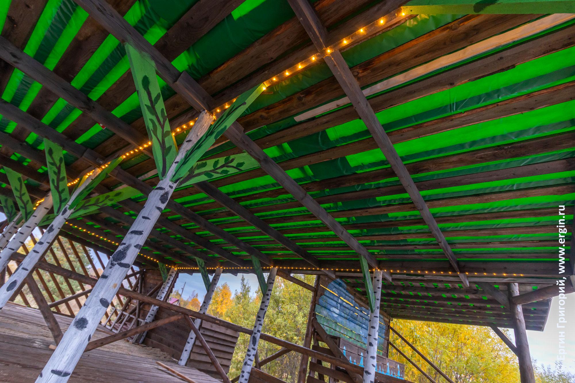 Гирлянда и зеленая крыша судейской в Тивдии