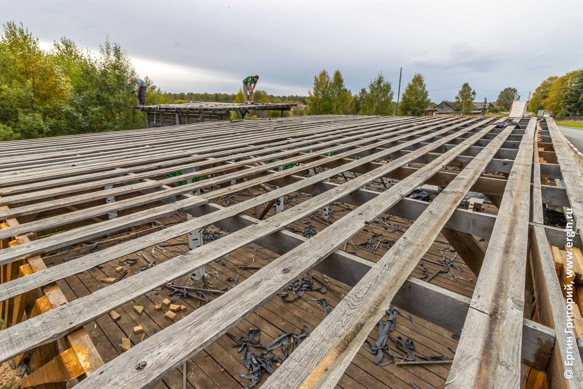 Старая крыша на спортивных постройках в Тивдии