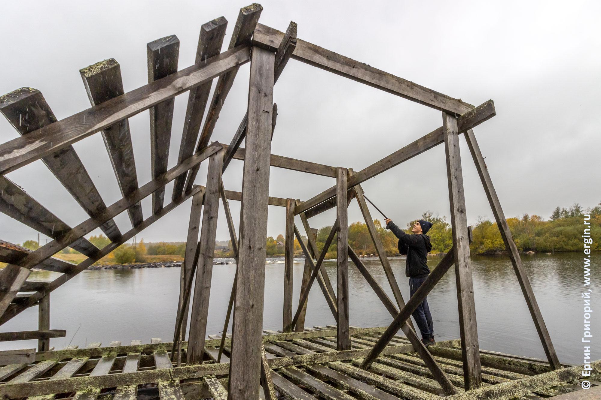 Демонтаж досок со старой рампы для каяк-кросса в Тивдии