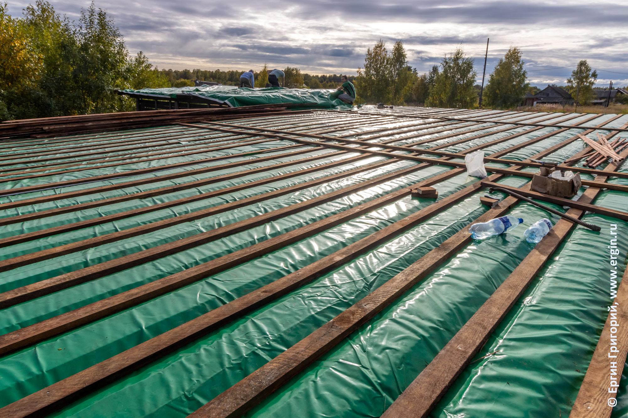 Новая крыша на спортивных постройках в Тивдии