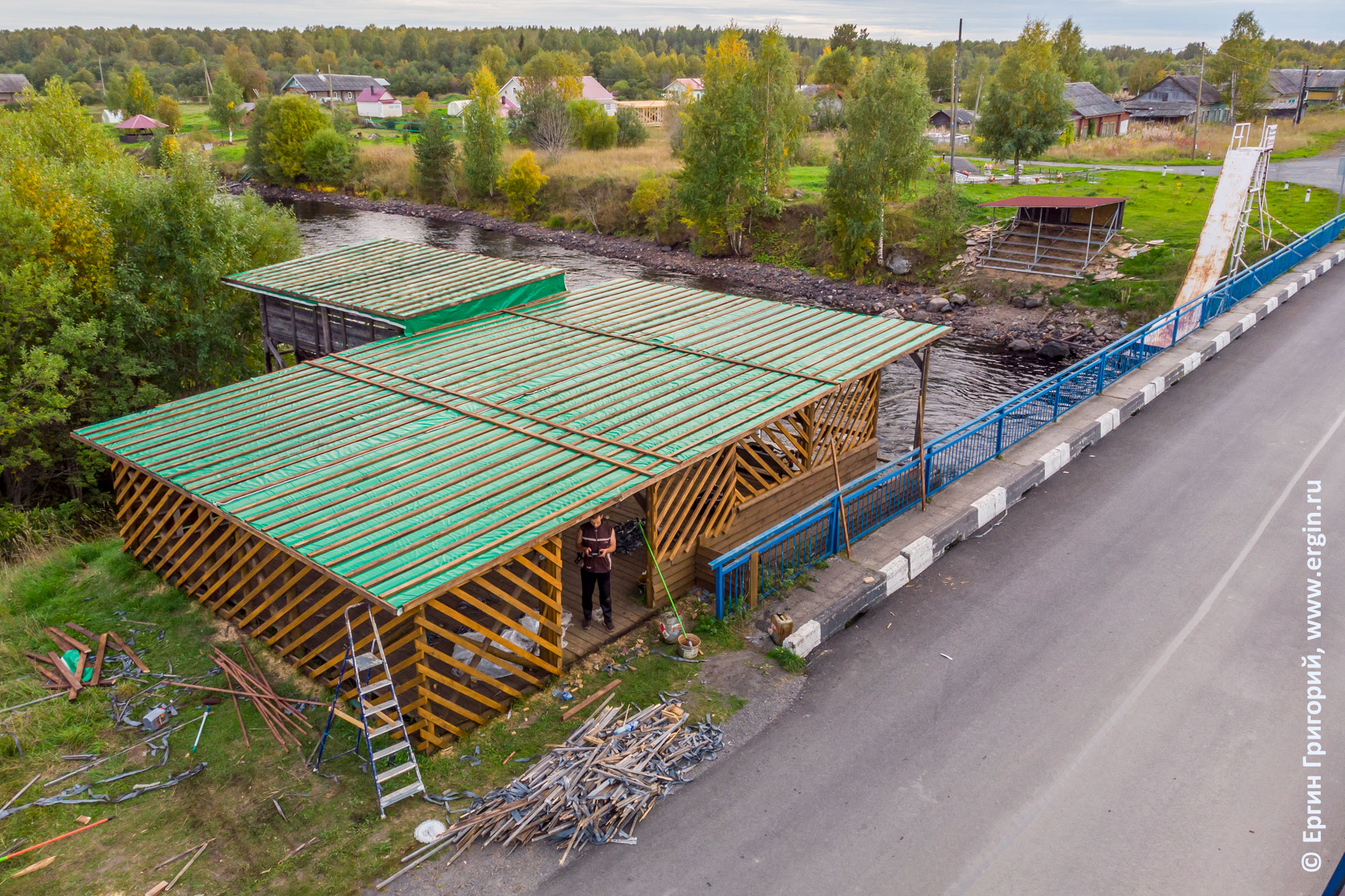 Берег реки Тивдийки с отремонтированными строениями для соревнований по фристайл-каякингу