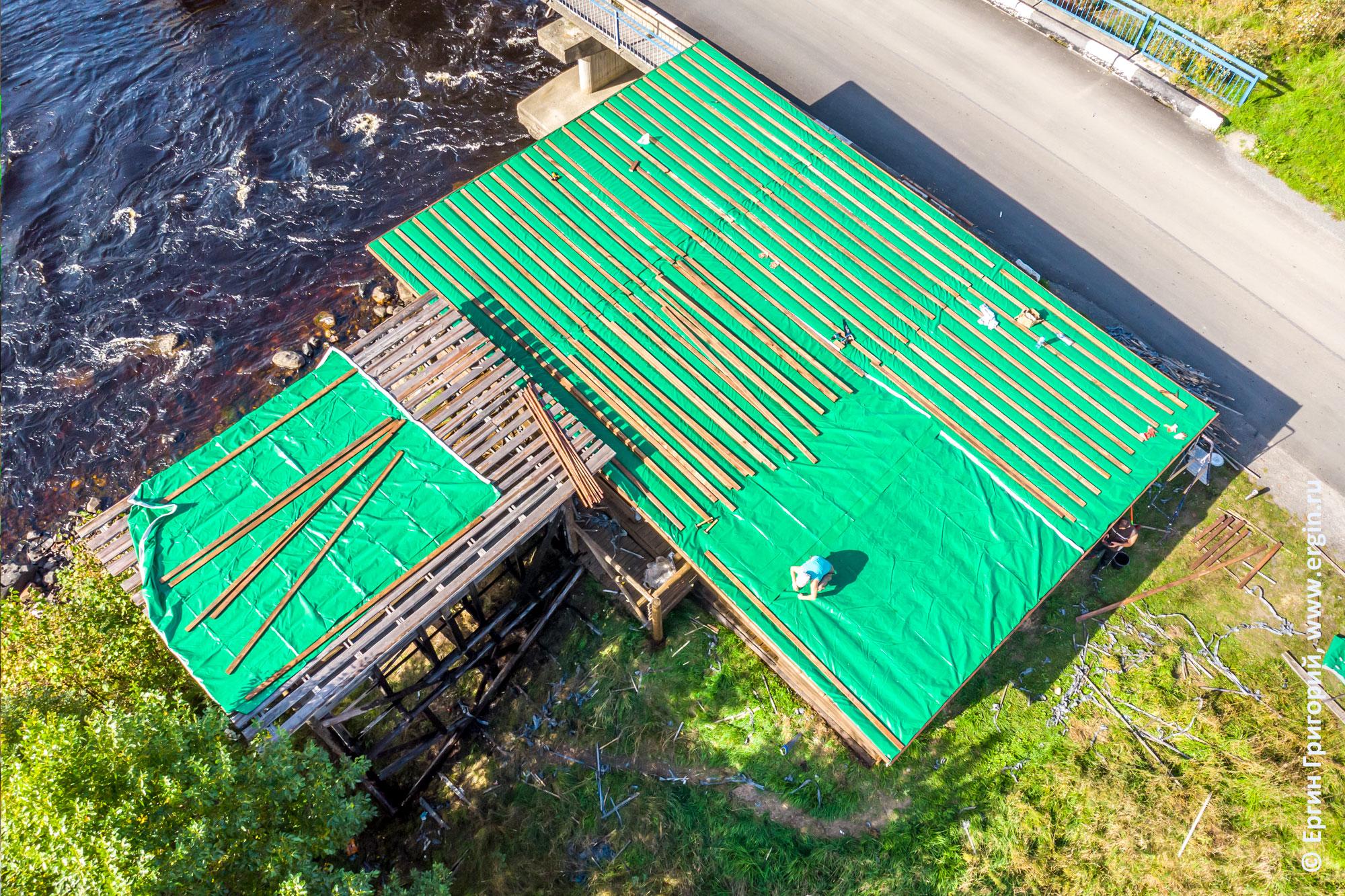 Фиксация тентовой ткани на крыше судейской в Тивдии