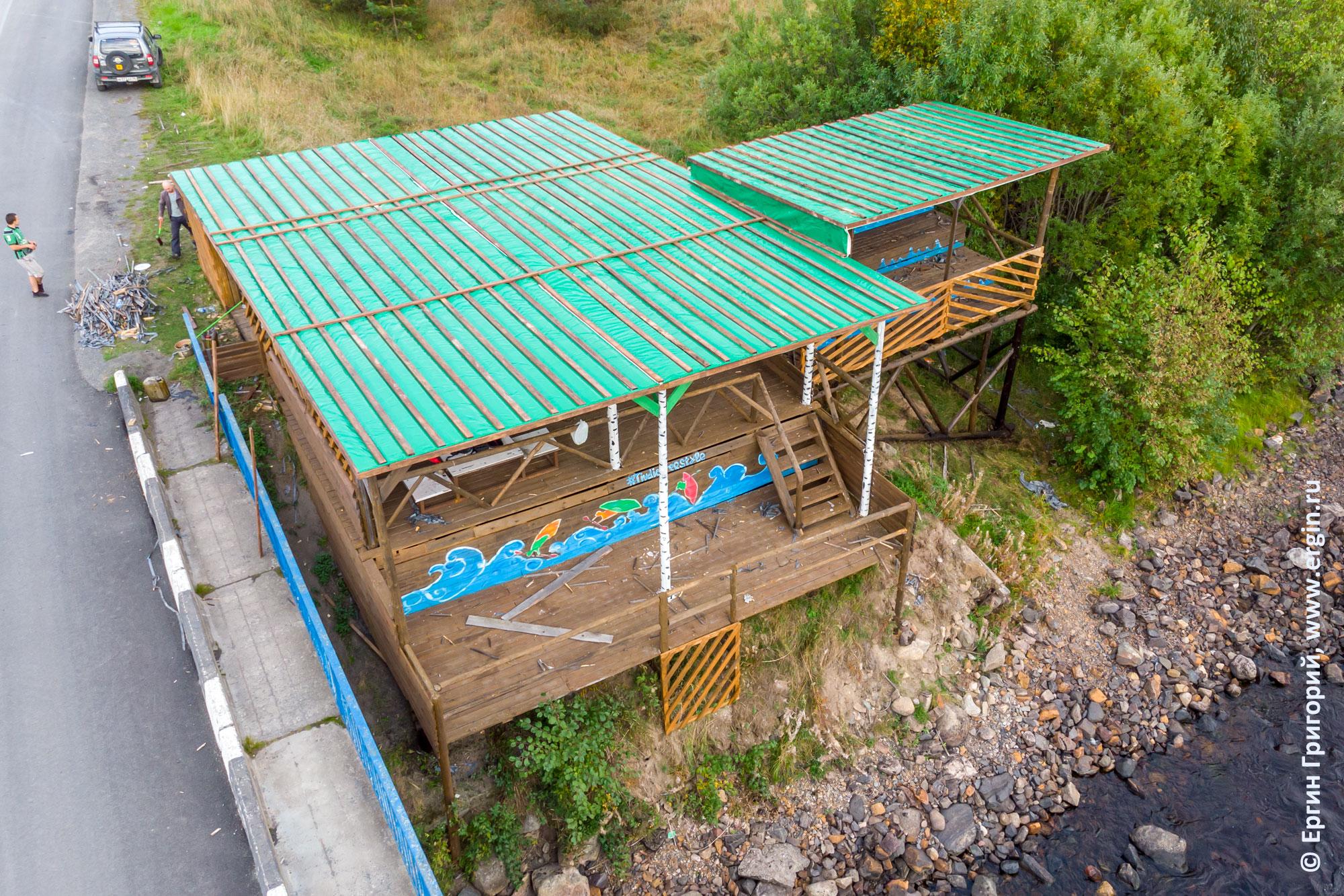 Судейская и трибуна в Тивдии с новой зеленой крышей