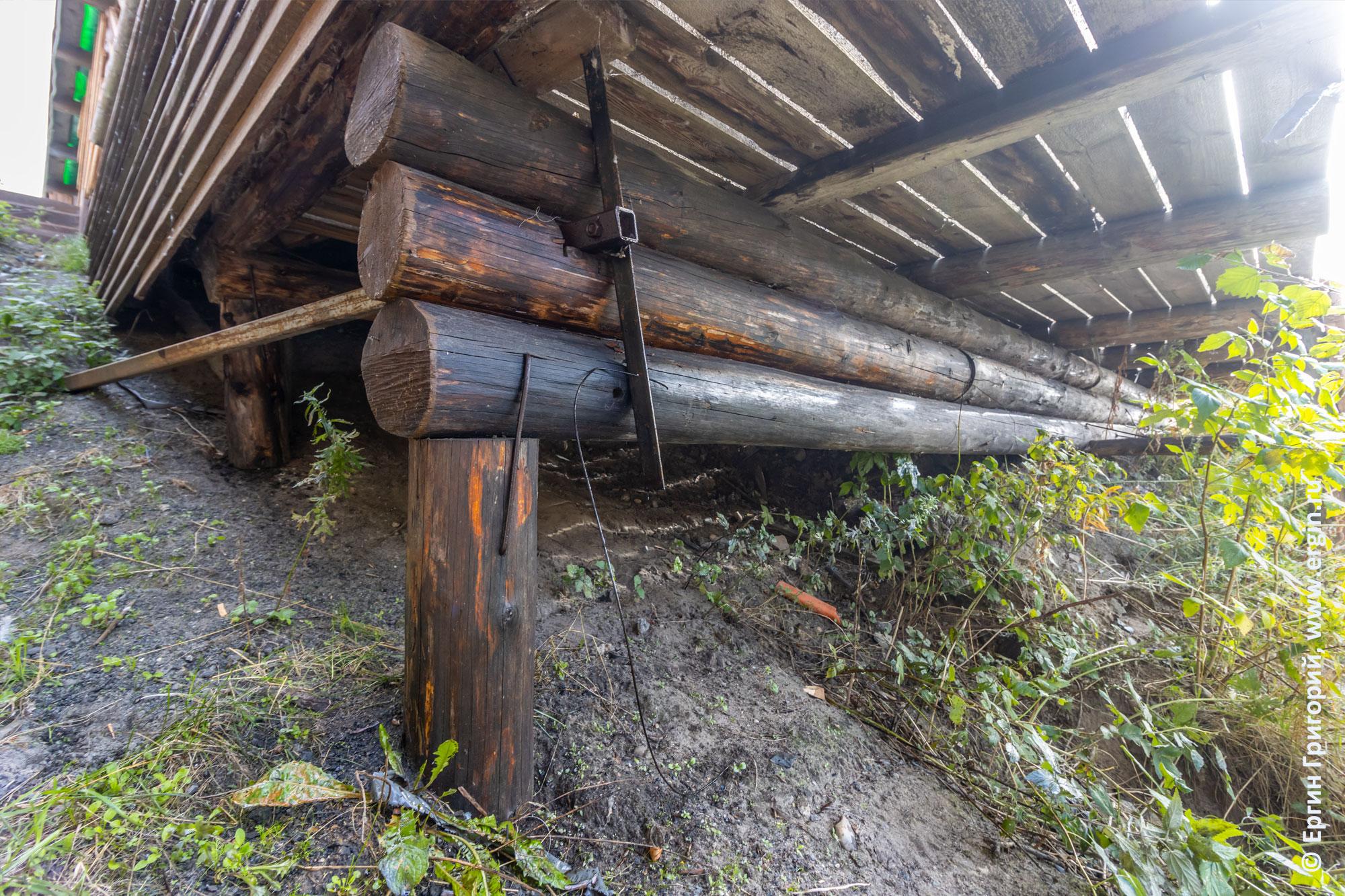 Деревянное основание трибуны в Тивдии, когда отработка впиталась в дерево