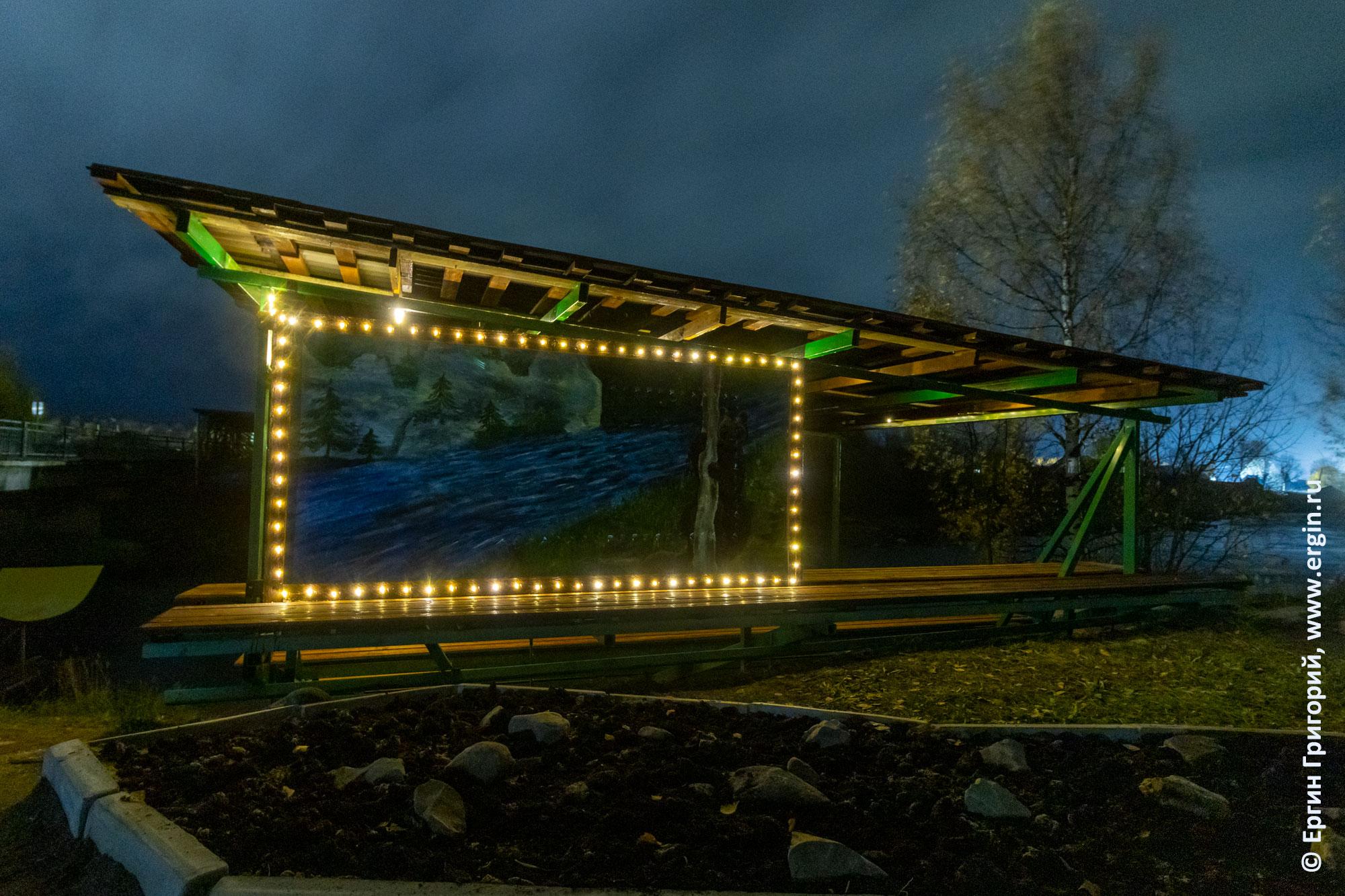 Трибуна для зрителей соревнований по фристайл-каякингу на берегу реки Тивдийки ночью
